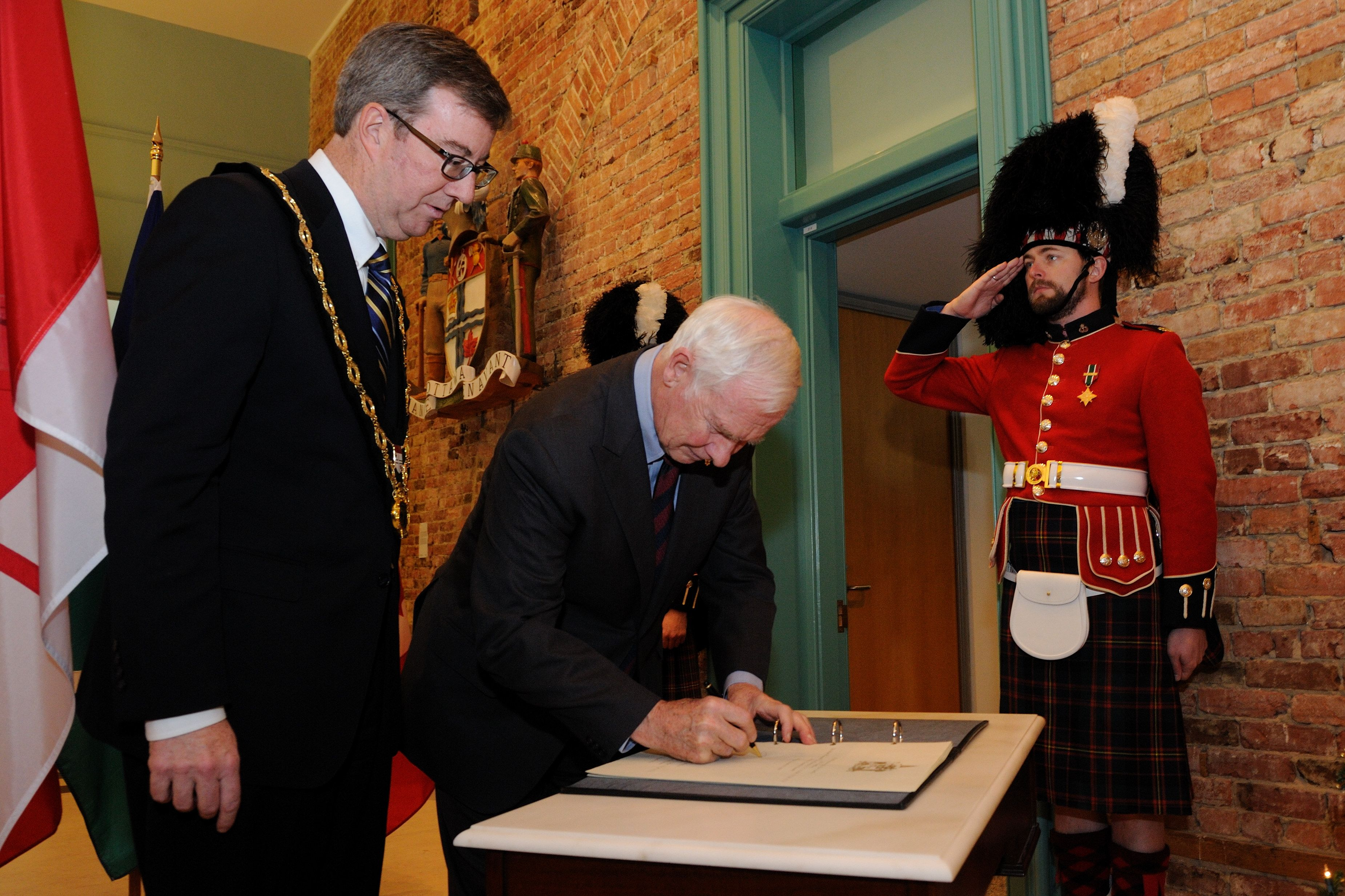 To mark his first official visit to City Hall, the Governor General signed the guest book. His Excellency and His Worship then met in the Mayor's office, followed by a meet and greet with members of City Council.