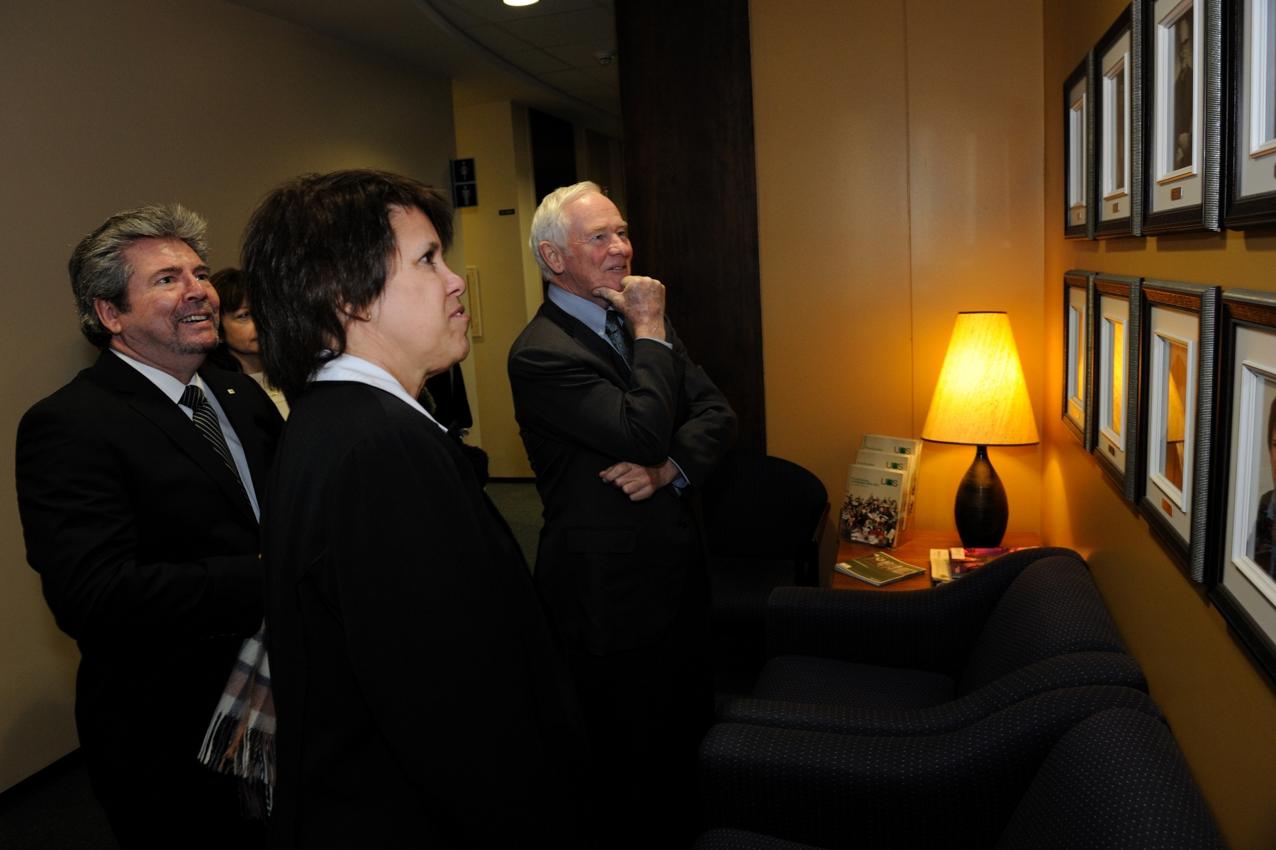 The Governor General then proceeded to the Université de Sherbrooke where he met with professor Luce Samoisette, University president. Upon his arrival, His Excellency looked at the wall of portraits of previous presidents of the University.