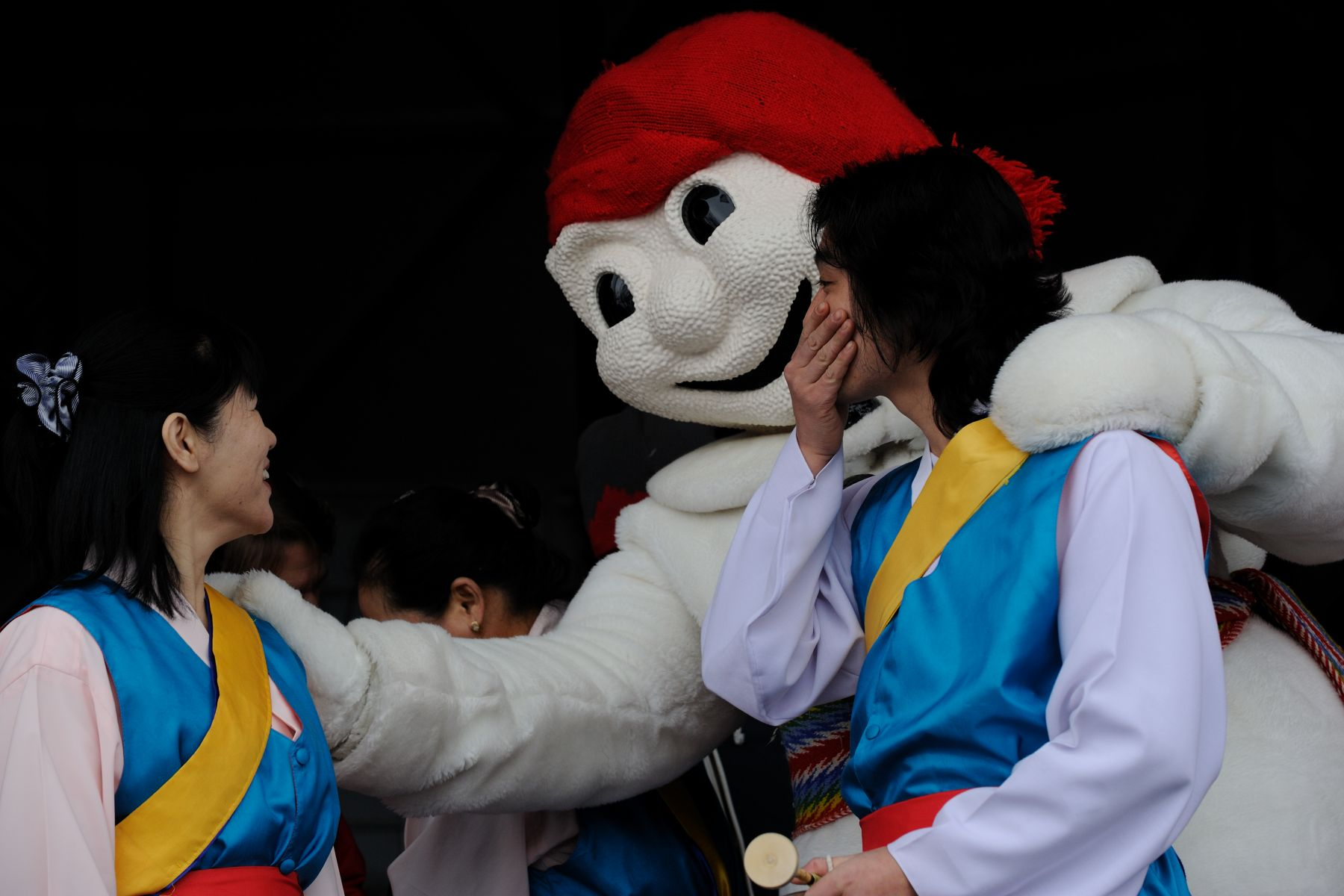Bonhomme, the official mascot of the Carnival, welcomed Korean dancers that performed on stage.