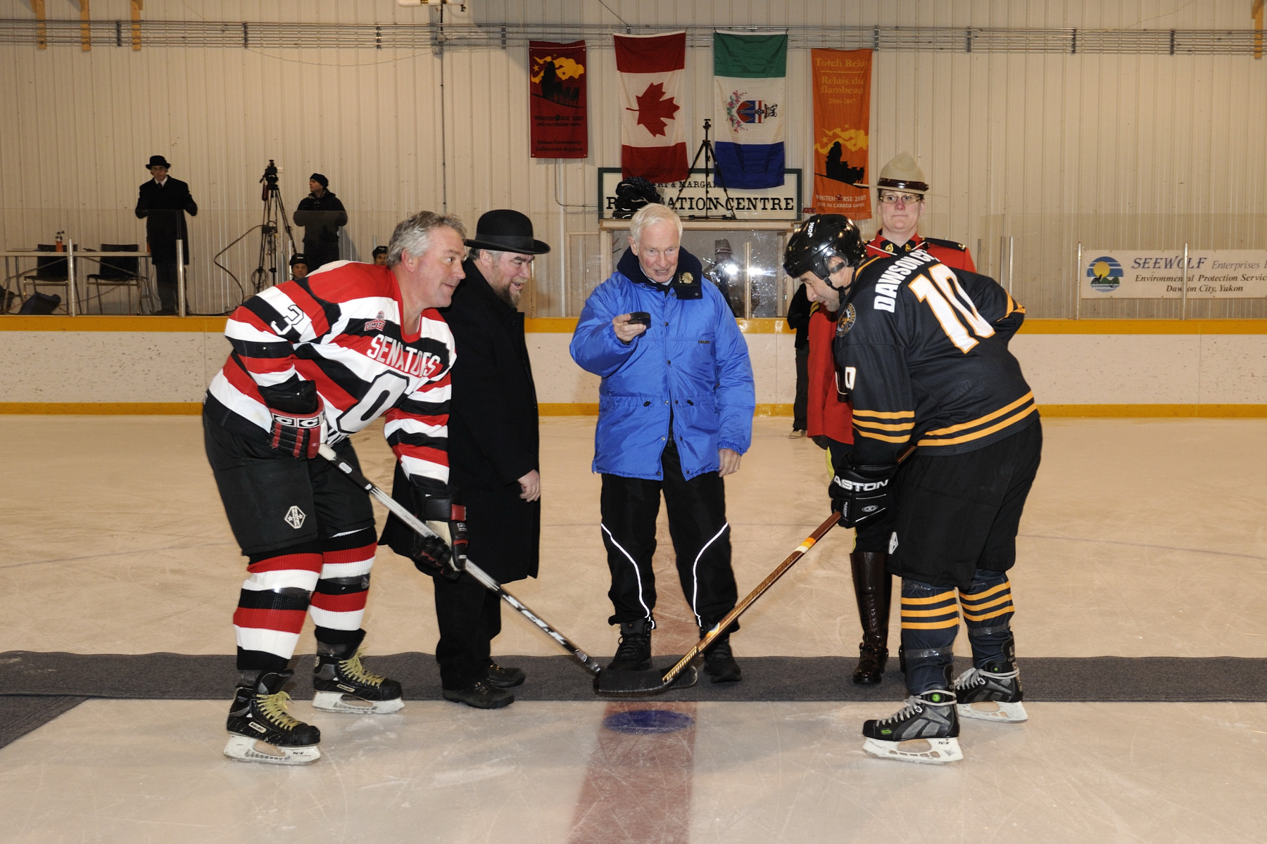 The Governor General then attended the friendly alumni hockey game between the Dawson City Nuggets and the Ottawa Senators Alumni, which was a re-enactment of the January 1905 Stanley Cup Championship game in Ottawa. For this occasion, he did the official puck-drop.
