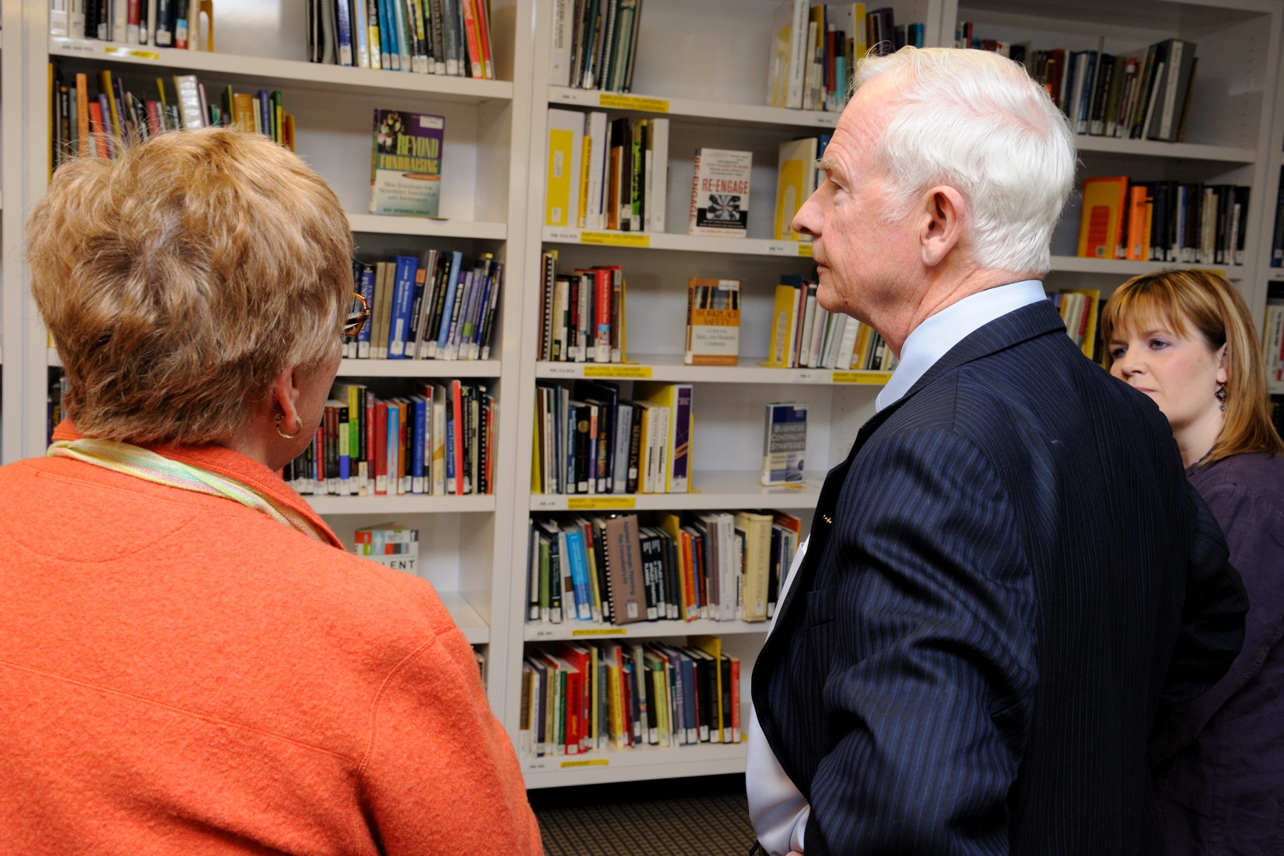 The Governor General visited the Volunteer Calgary Library, which offers a broad selection of lending materials and reference resources, including volunteer management materials and other information to help non-profit organizations in their day-to-day operations. There are more than 3 600 books, periodicals, kits, audio CDs and DVDs available, covering a wide range of topics.