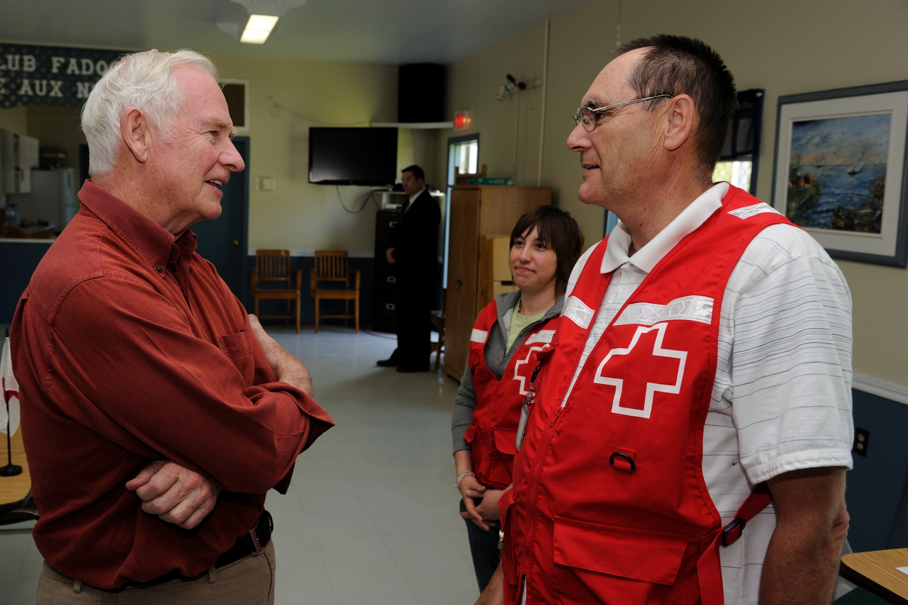 During his visit in Montérégie, the Governor General also met with Red Cross volunteers in Saint-Blaise-sur-Richelieu and Saint-Paul-de-l'Île-aux-Noix. He thanked them for their invaluable help and support for flooding victims during the crisis.