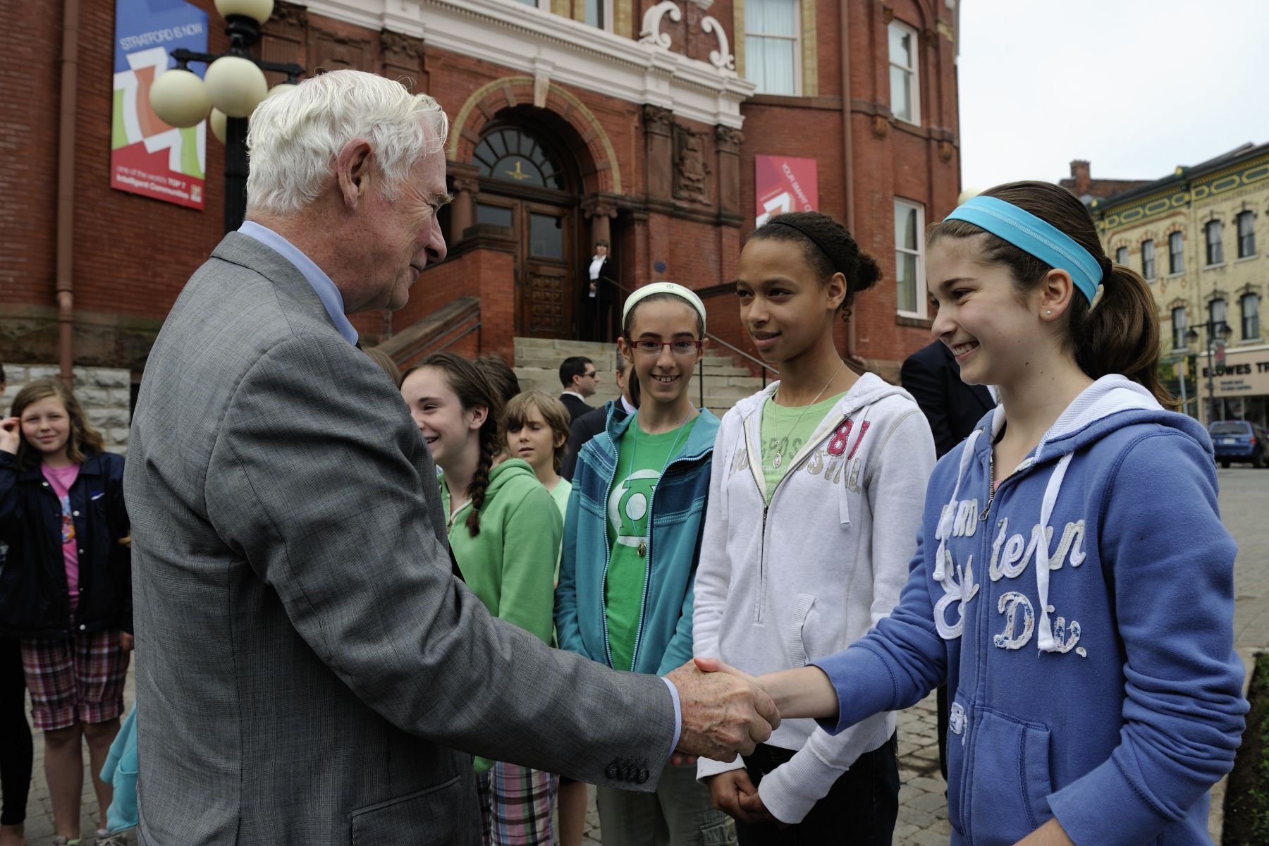 Le Governor General was also greeted by Grade 6 students from the Jeanne Sauvé Catholic School upon his arrival at Stratford City Hall.