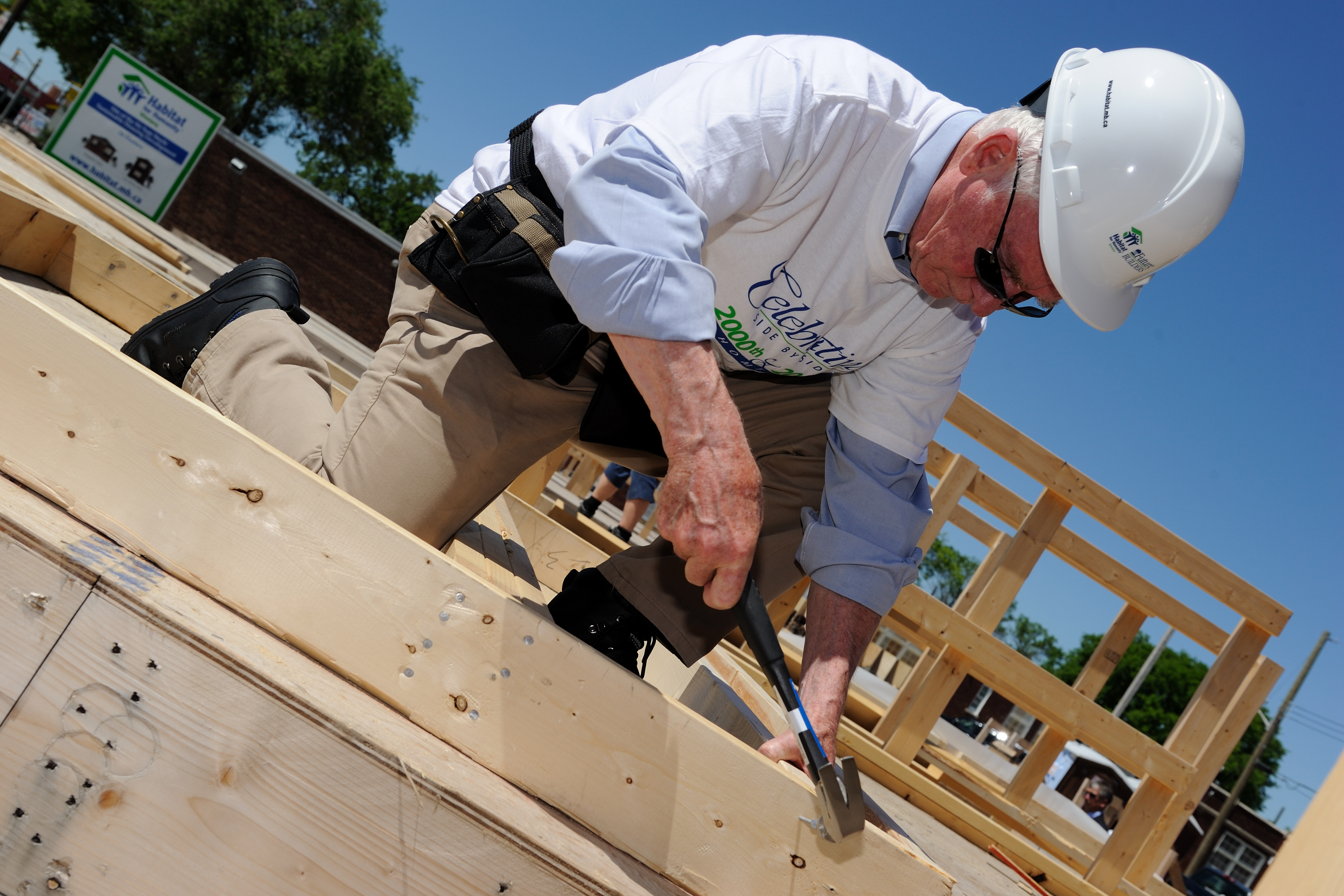 During the last day of the official visit, His Excellency worked with a group of Habitat for Humanity volunteers to help build their 2000th home in Canada and their 200th home in Winnipeg.