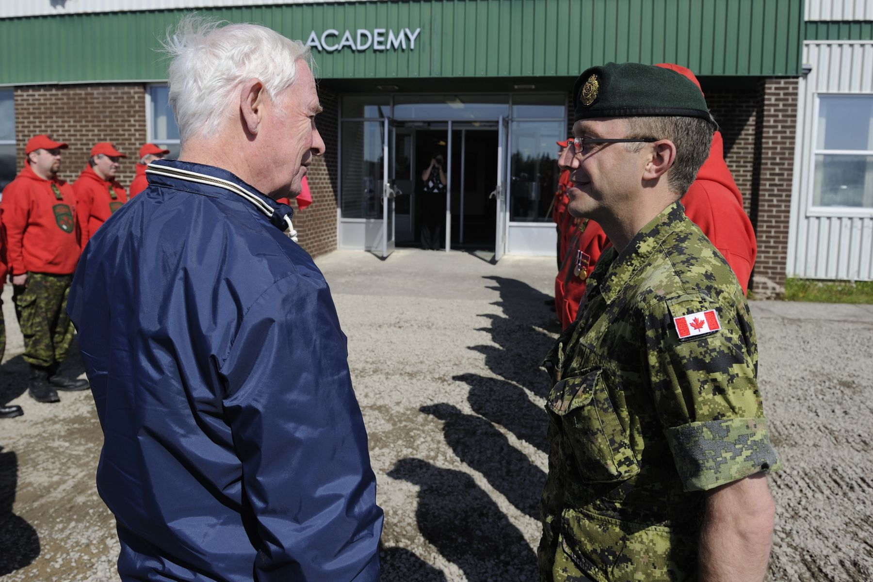 Upon his arrival to the official welcoming ceremony, His Excellency spoke with the Commander of the guard of honour composed of members of the Canadian Rangers.