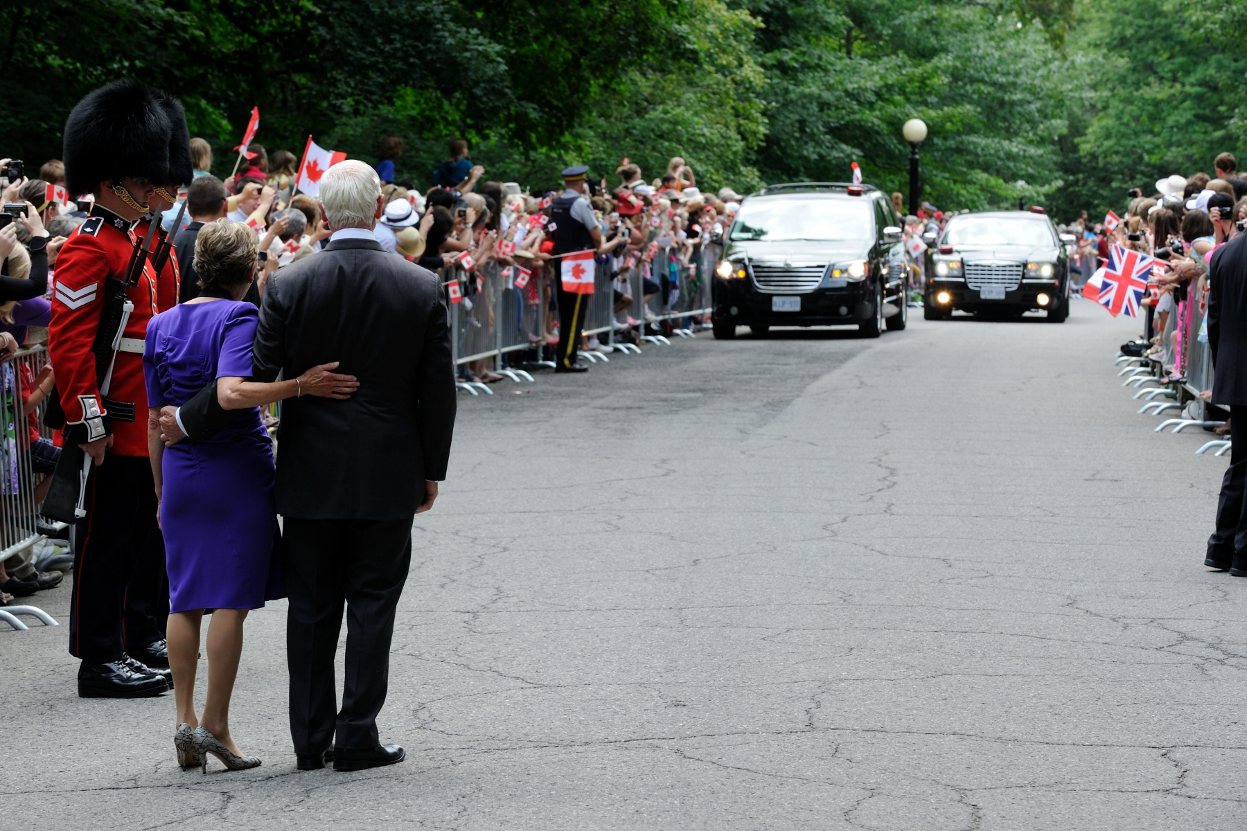 Their Excellencies waited for the motorcade to arrive. During their visit to Canada's Capital region, the Duke and the Duchess of Cambridge stayed at Rideau Hall.