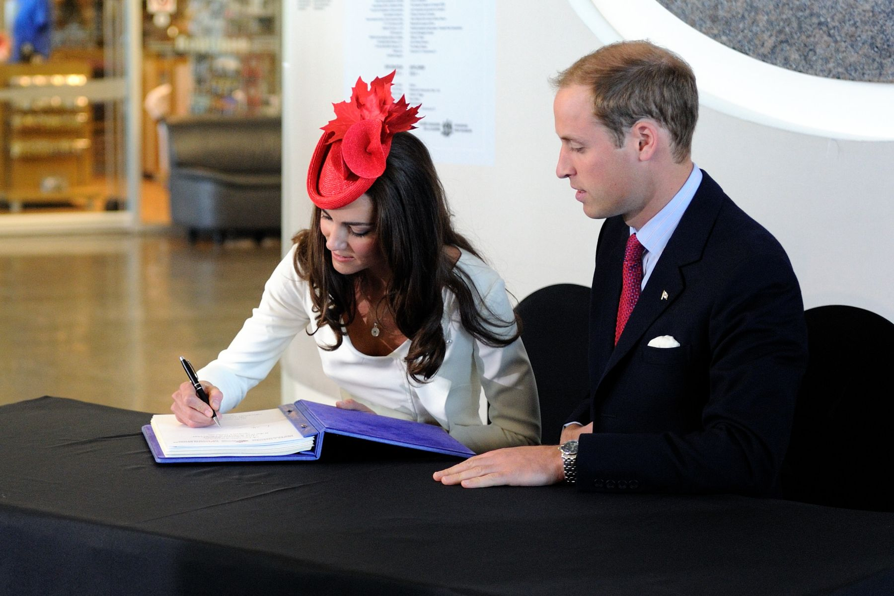 Before leaving the Canadian Museum of Civilisations, Their Royal Highnesses signed the guest book.