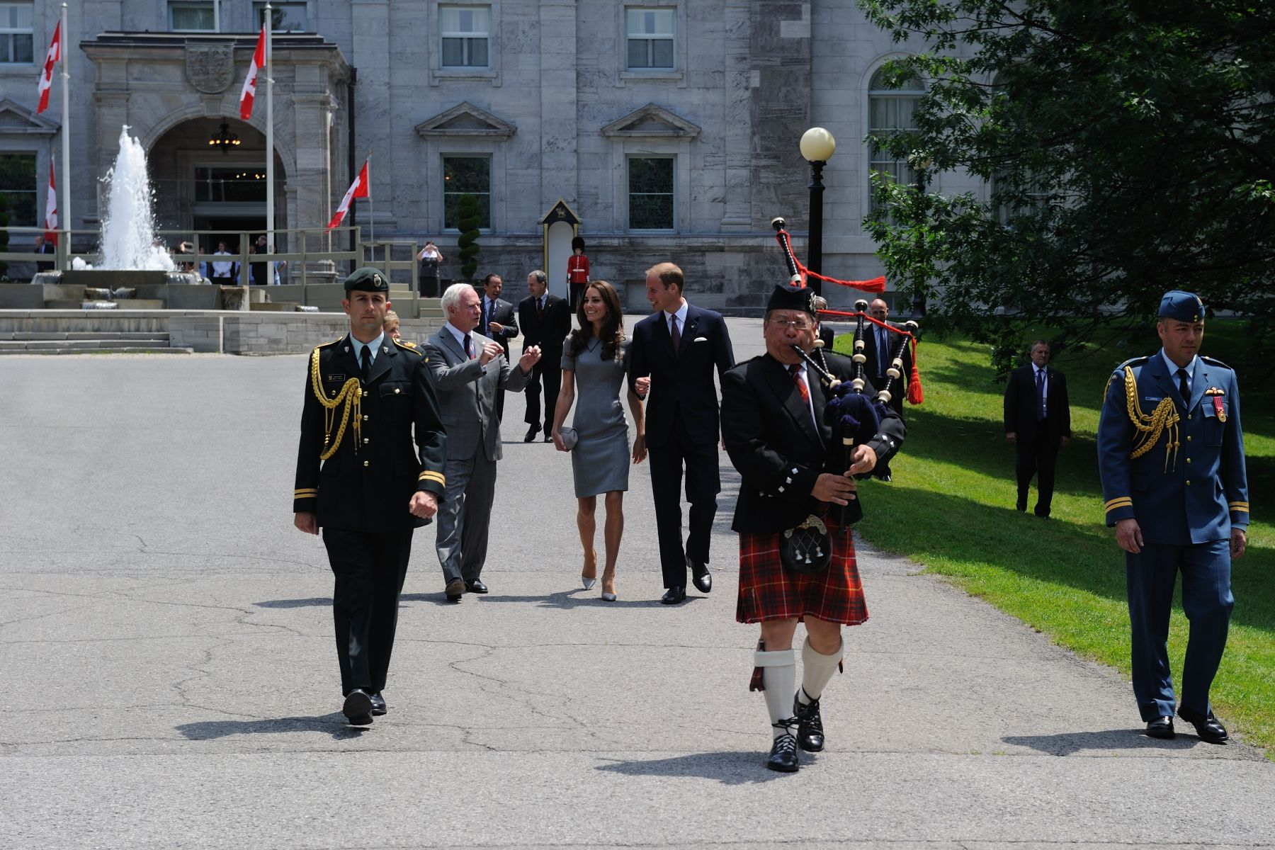 Prior to their departure from Rideau Hall, Their Royal Highnesses The Duke and Duchess of Cambridge planted a tree in the presence of invited guests. Lead by a piper and accompanied by Their Excellencies the Right Honourable David Johnston, Governor General of Canada, and Mrs. Sharon Johnston, they walked to the designated location.
