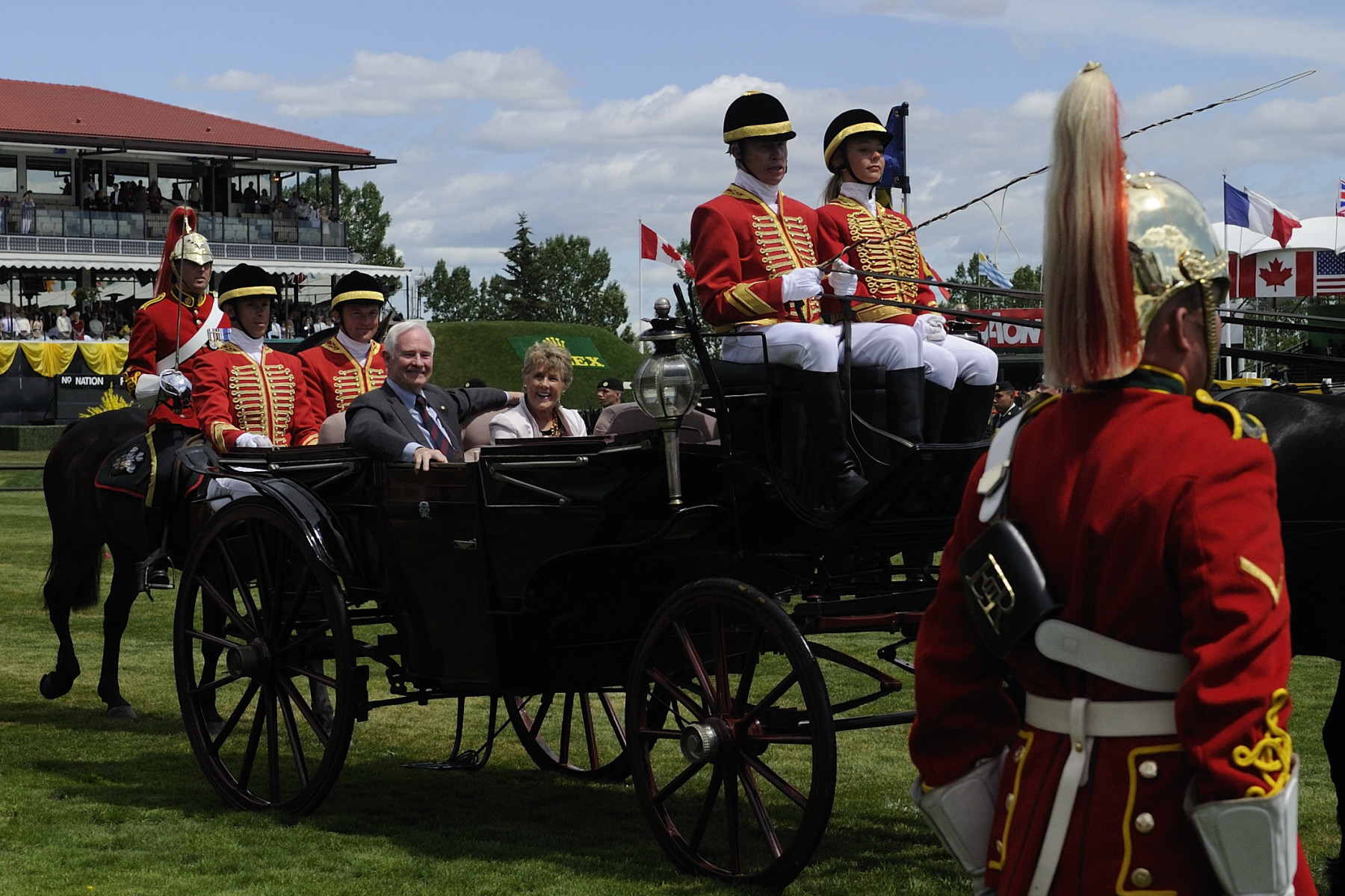 Their Excellencies arrived by landau and were greeted by the Right Honourable Stephen Harper, Prime Minister of Canada, and Mrs. Laureen Harper.