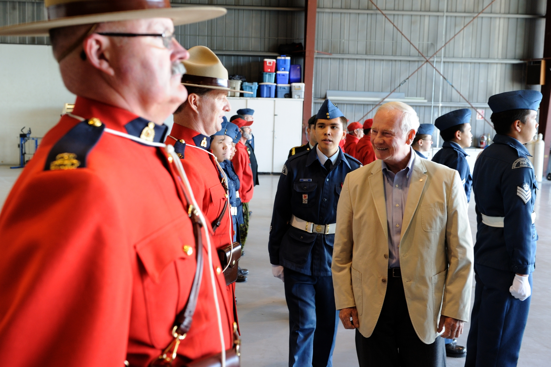 The Governor General conducted an inspection of the quarter guard during the official welcoming ceremony.