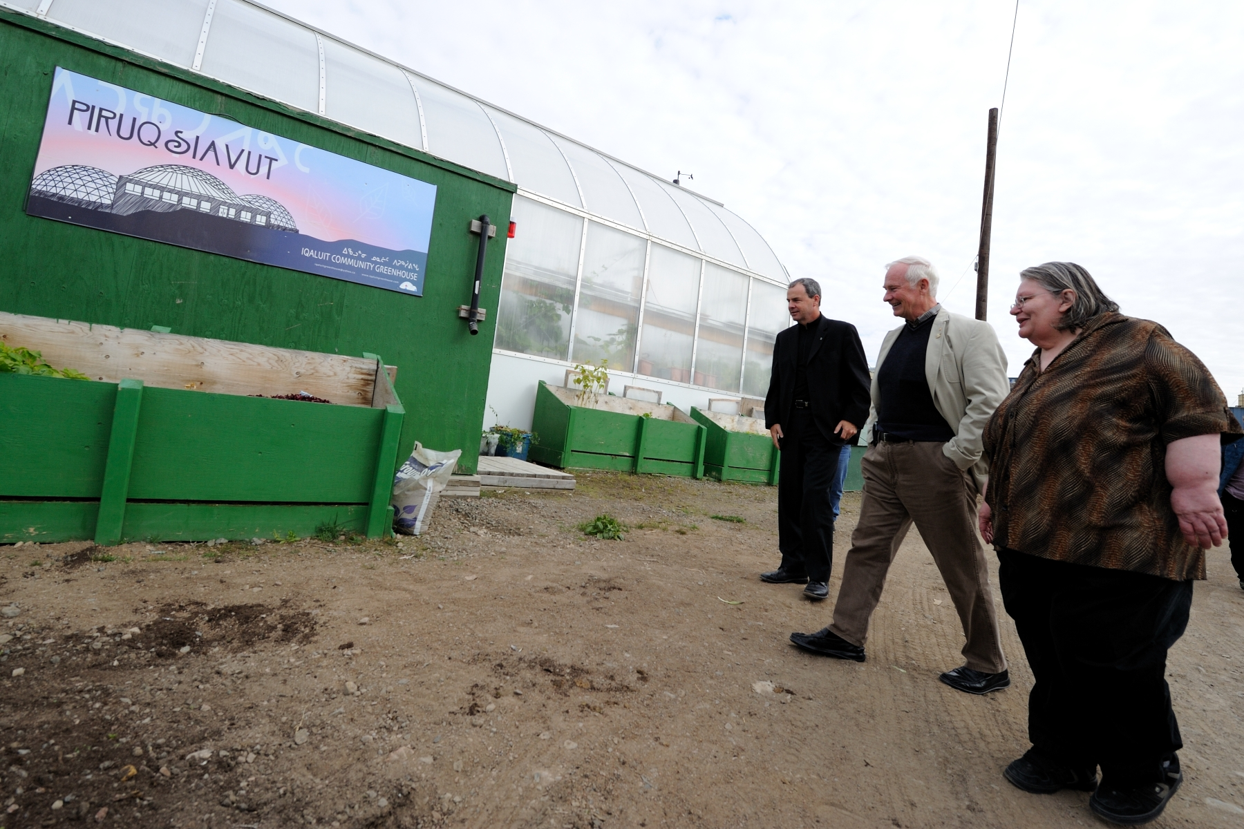 During the visit to the Nunavut Research Institute, His Excellency took a tour of the Piruqsiavut Greenhouse with Ms. Mary-Ellen Thomas, senior research officer with the Institute.