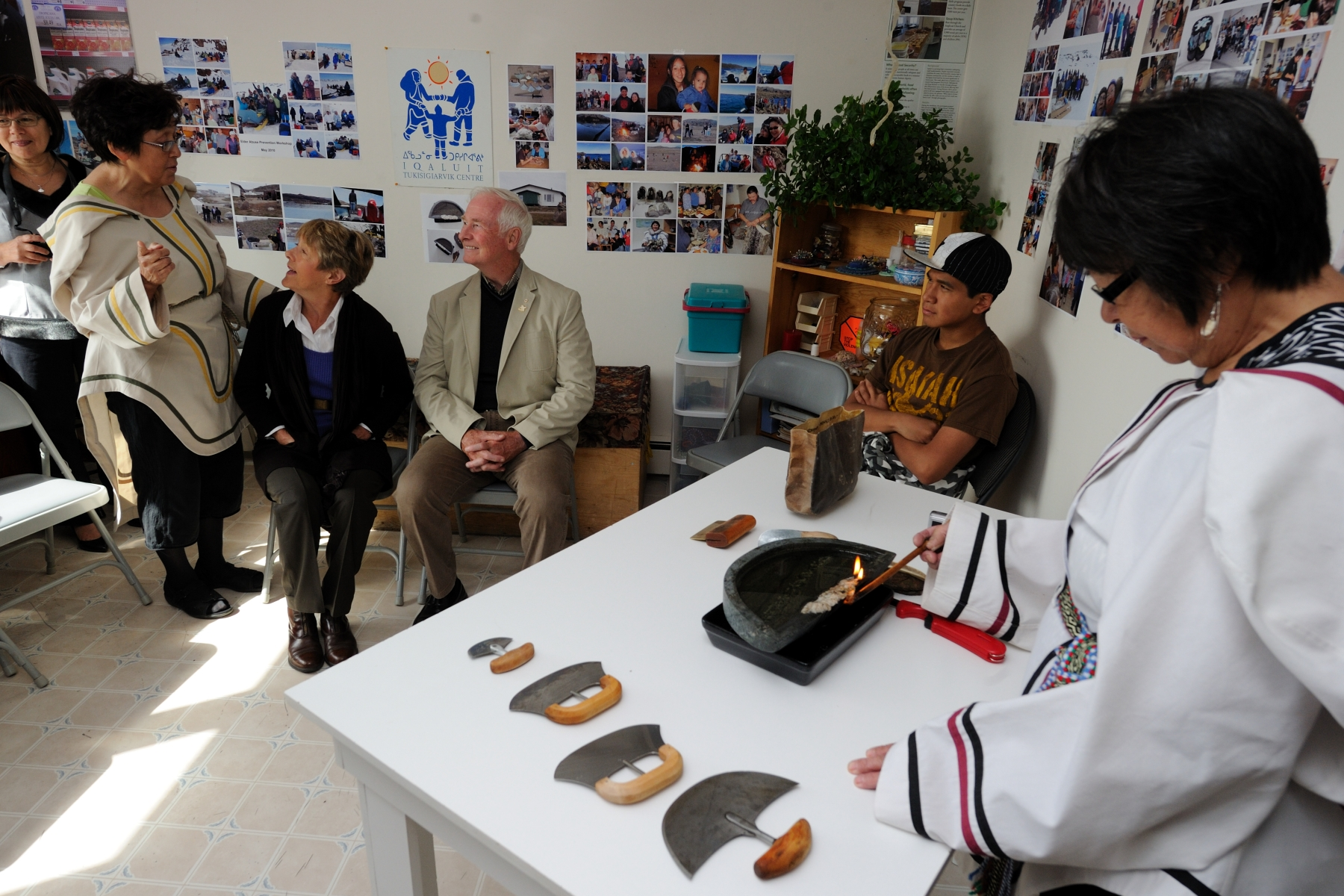 Their Excellencies were given a tour of the Tukisigiarvik Society facility and an overview of its services, followed by several demonstrations of cultural skills.