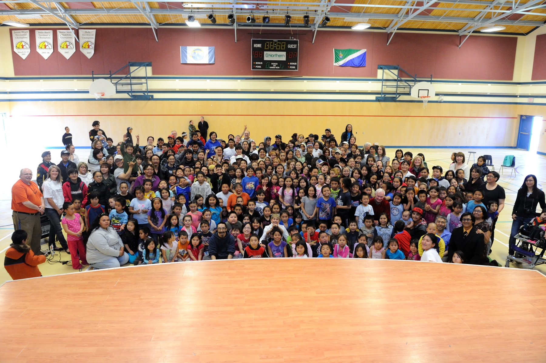 Their Excellencies met with all the students of the Tusarvik School in the school's gymnasium.