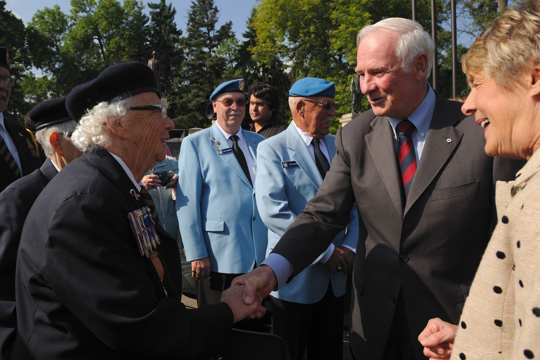 During their visit, Their Excellencies had the opportunity to speak with veterans from the Second World War, from Afghanistan and from international peacekeeping missions.