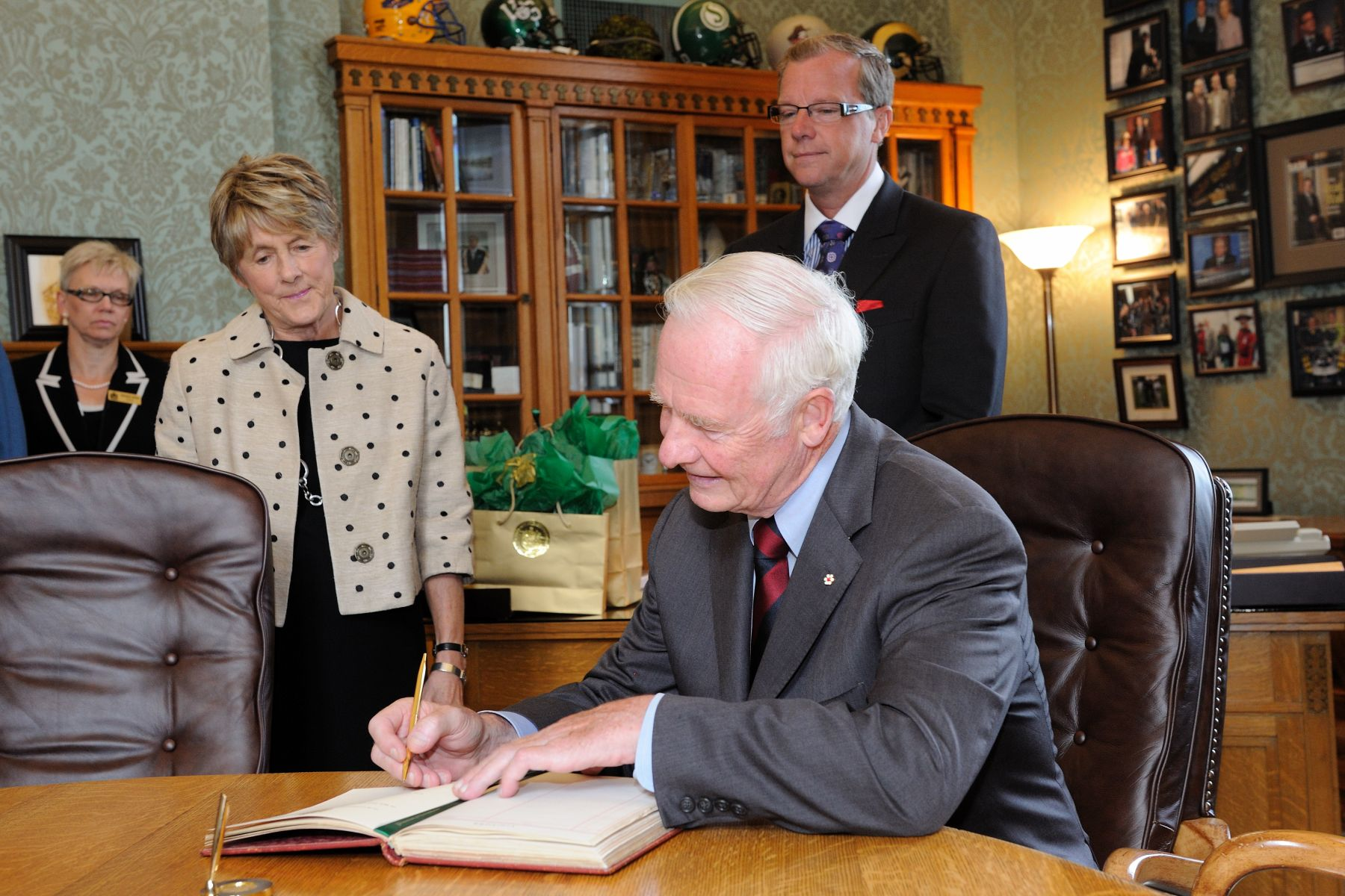 Their Excellencies then returned to the Legislative Assembly for a meeting with the Honorable Brad Wall, Premier of Saskatchewan. His Excellency signed the guest book.