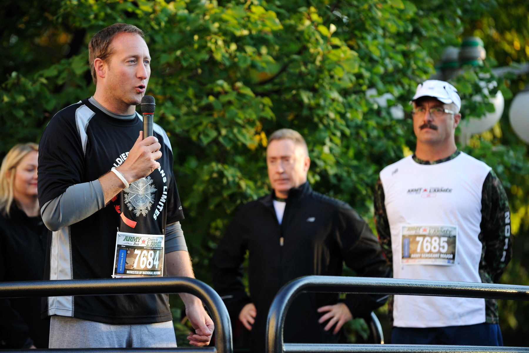 Minister of National Defence the Honourable Peter MacKay also addressed runners in the presence of Lieutenant General Peter Devlin, Chief of the Land Staff (centre).