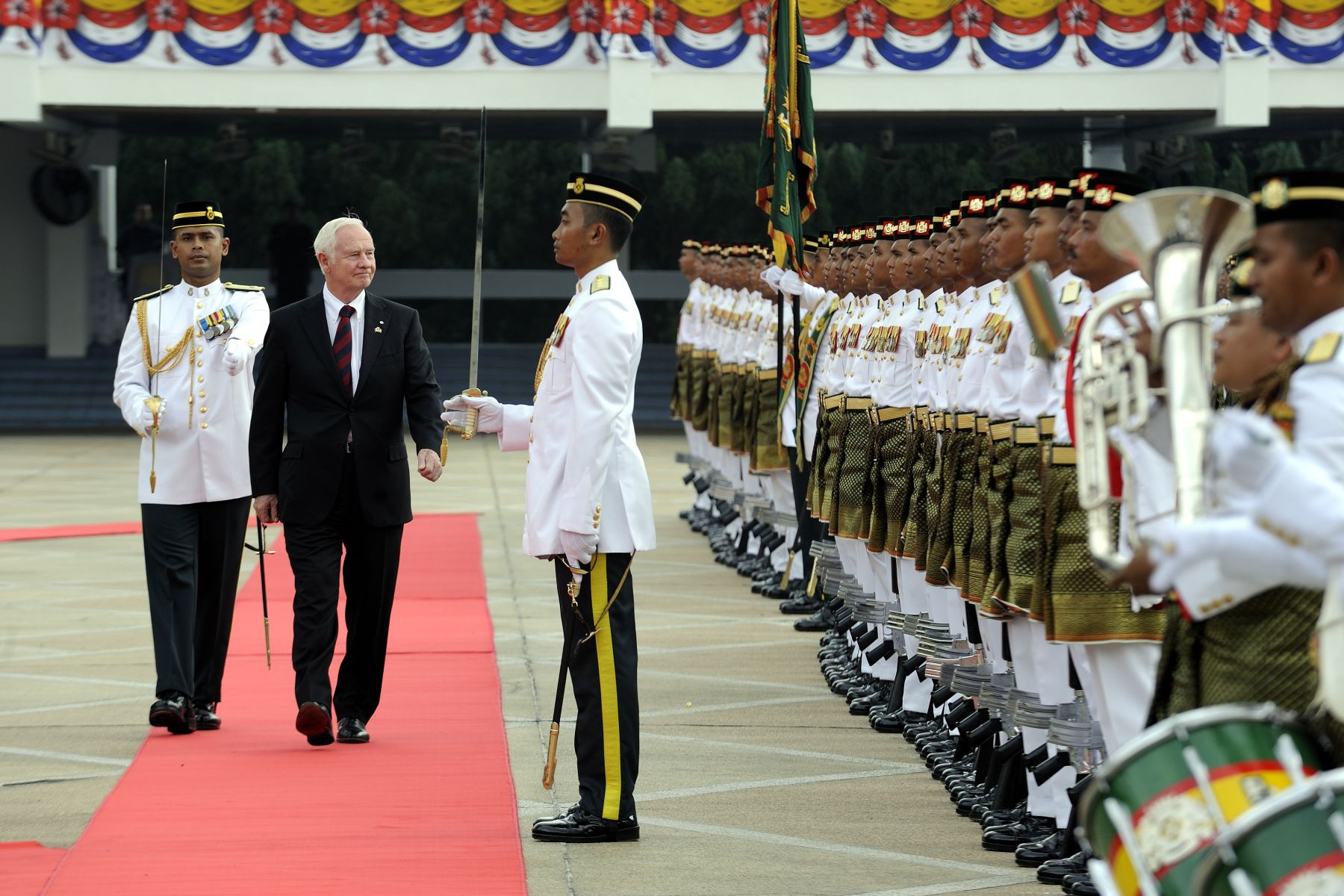 During the official welcoming ceremony, the Governor General conducted an inspection of the guard of honour.