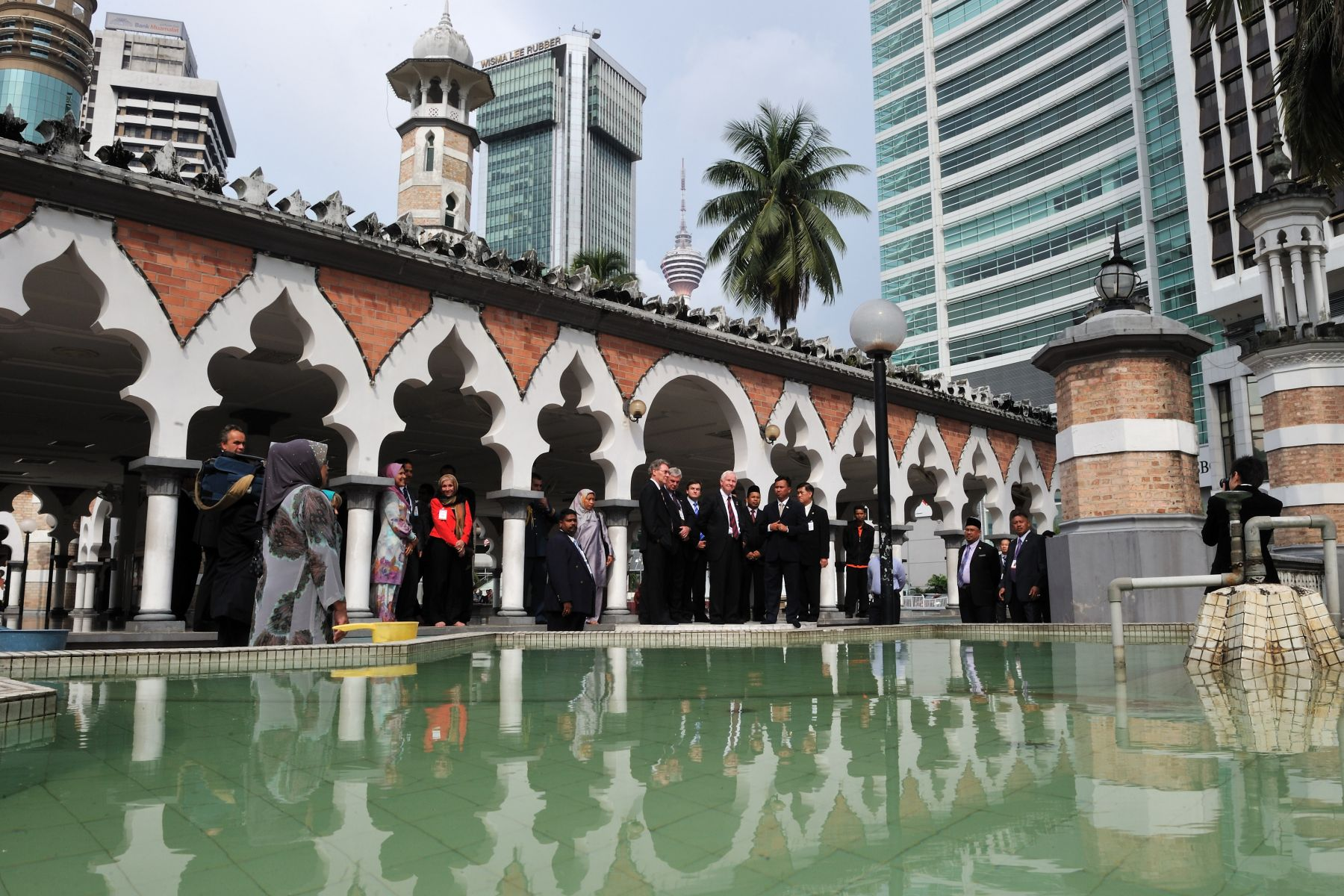 His Excellency, escorted by Imam Ustaz Mohd Faisal Tan Bin Mutalib, took part in a walking tour of the Masjid Jamek Mosque.