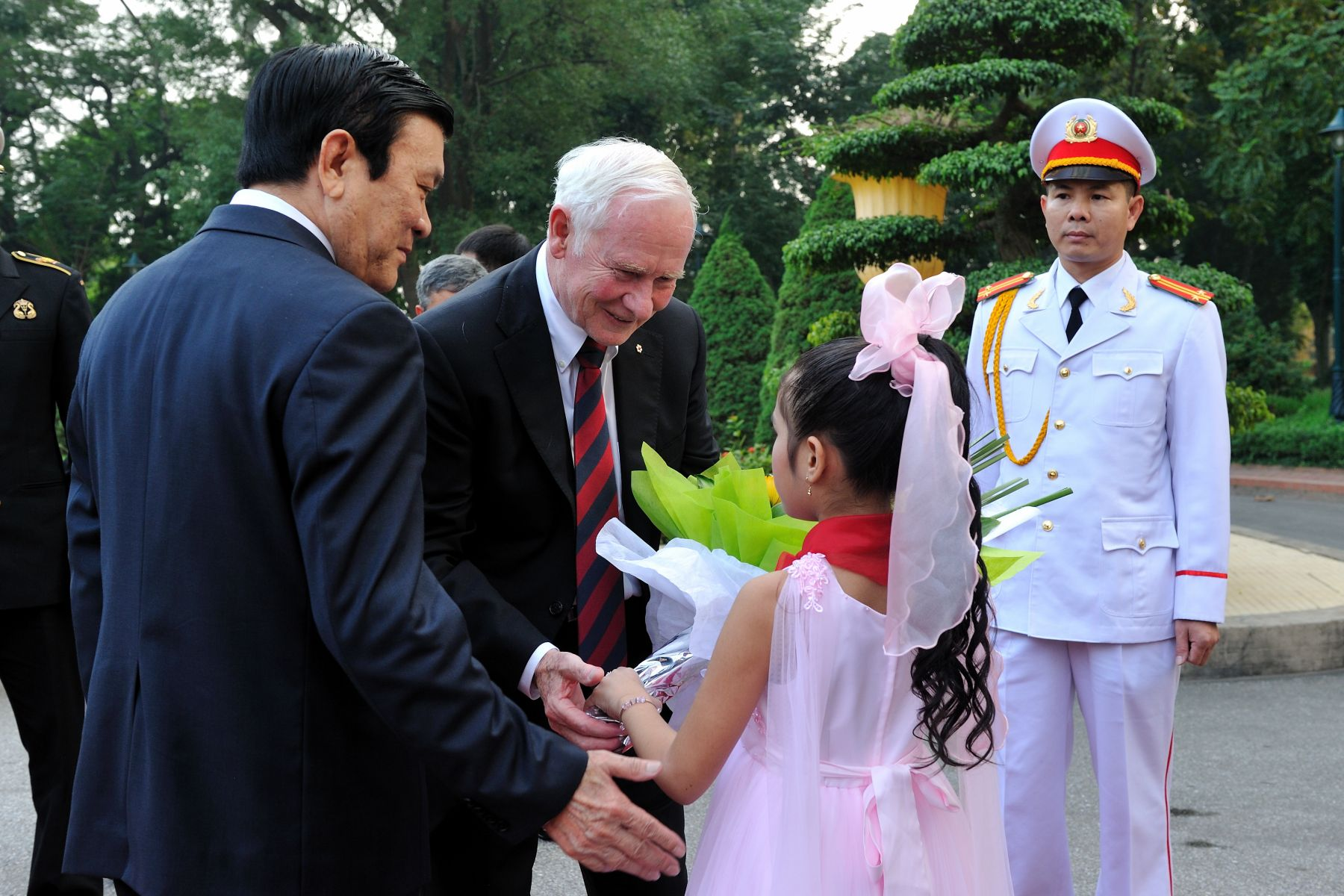 The Governor General was officially welcomed to Vietnam by His Excellency Truong Tan Sang, President of the Socialist Republic of Vietnam, during a ceremony with full military honours.