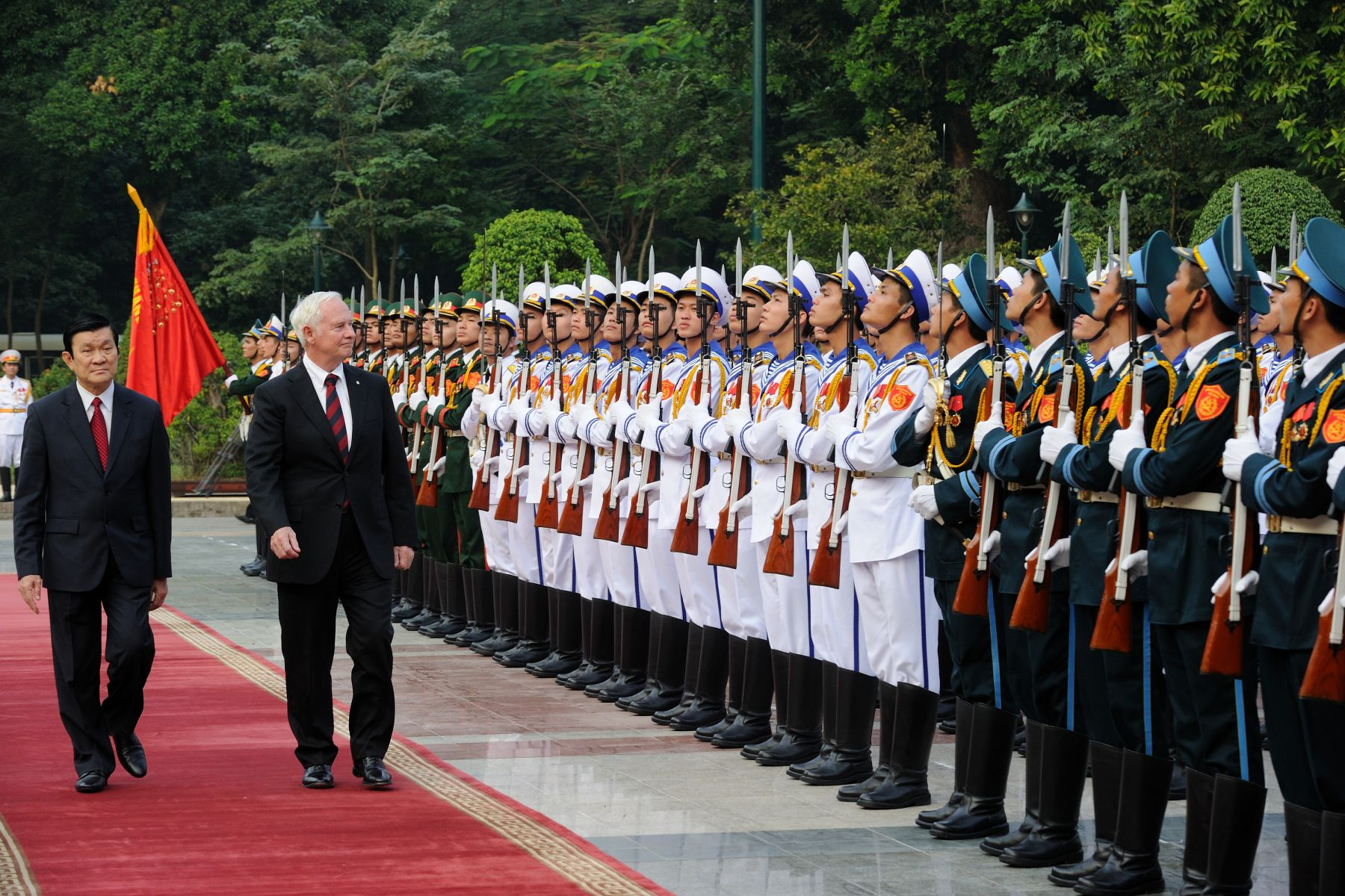 During the official welcoming ceremony, the Governor General, accompanied by His Excellency Truong Tan Sang, President of the Socialist Republic of Vietnam, conducted an inspection of the guard of honour.