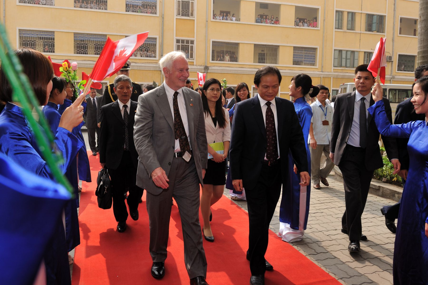 The Governor General was warmly welcomed upon his arrival to the Hanoi University of Social Sciences and Humanities. The Hanoi University of Social Sciences and Humanities has more than 100 international partners, including three Canadian universities (the University of Quebec in Abitibi-Témiscamingue; the University of Toronto; and Télé-Université (TÉLUQ) of the Université du Québec à Montréal). Founded in 1995, the USSH Faculty of International Studies is the only academic institution in Vietnam providing a Canadian studies program.