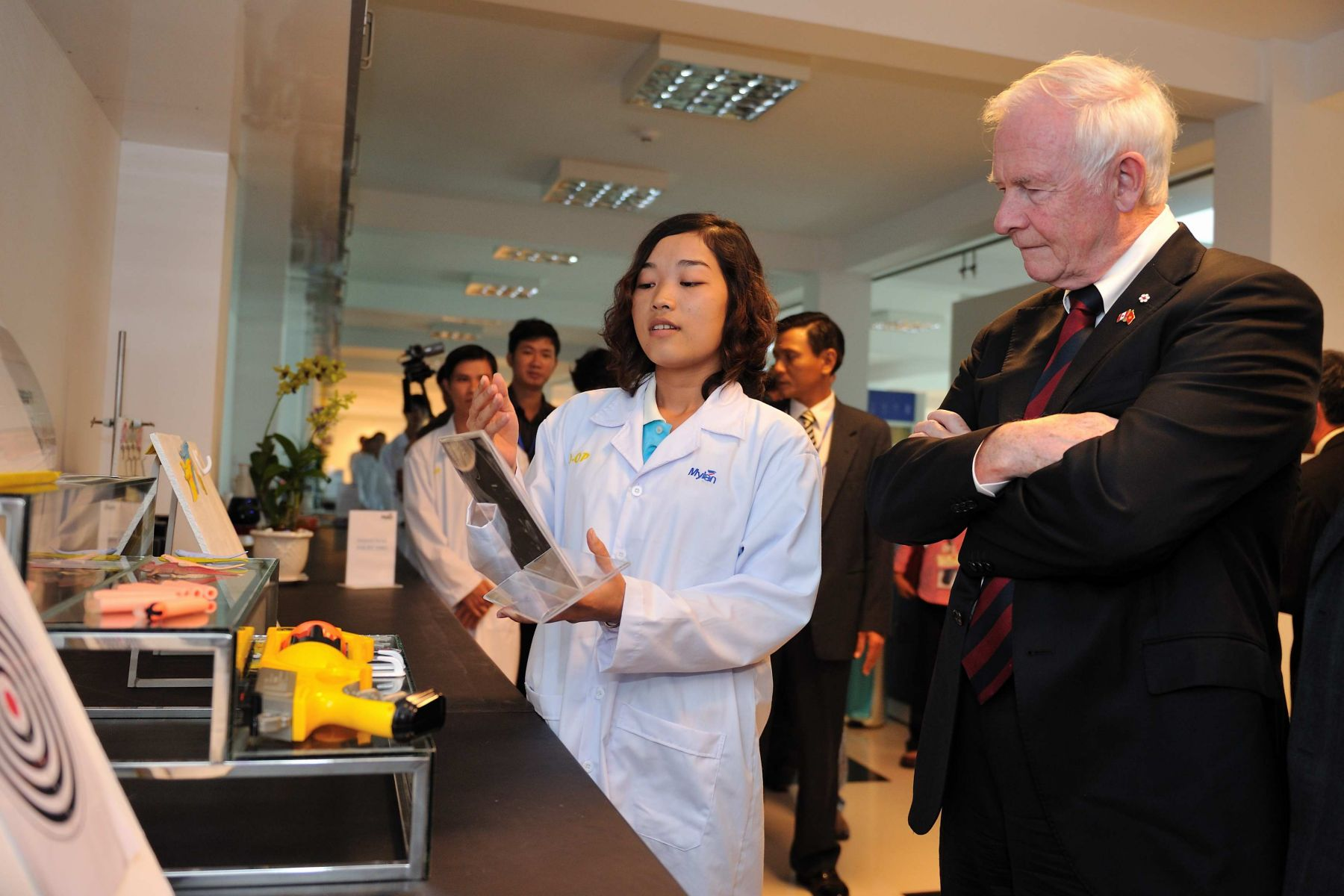 While in Tra Vinh City, His Excellency toured the Mylan Group Research and Development facilities.