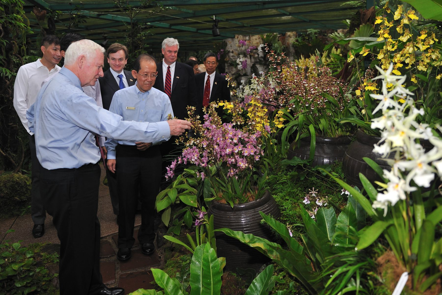 Following the orchid-naming ceremony, the Governor General and the Canadian delegates  toured Singapore's famed National Orchid Garden with Dr.Leong Chee Chiew, Deputy Chief Executive Officer and Commissioner of Parks and Recreation.
