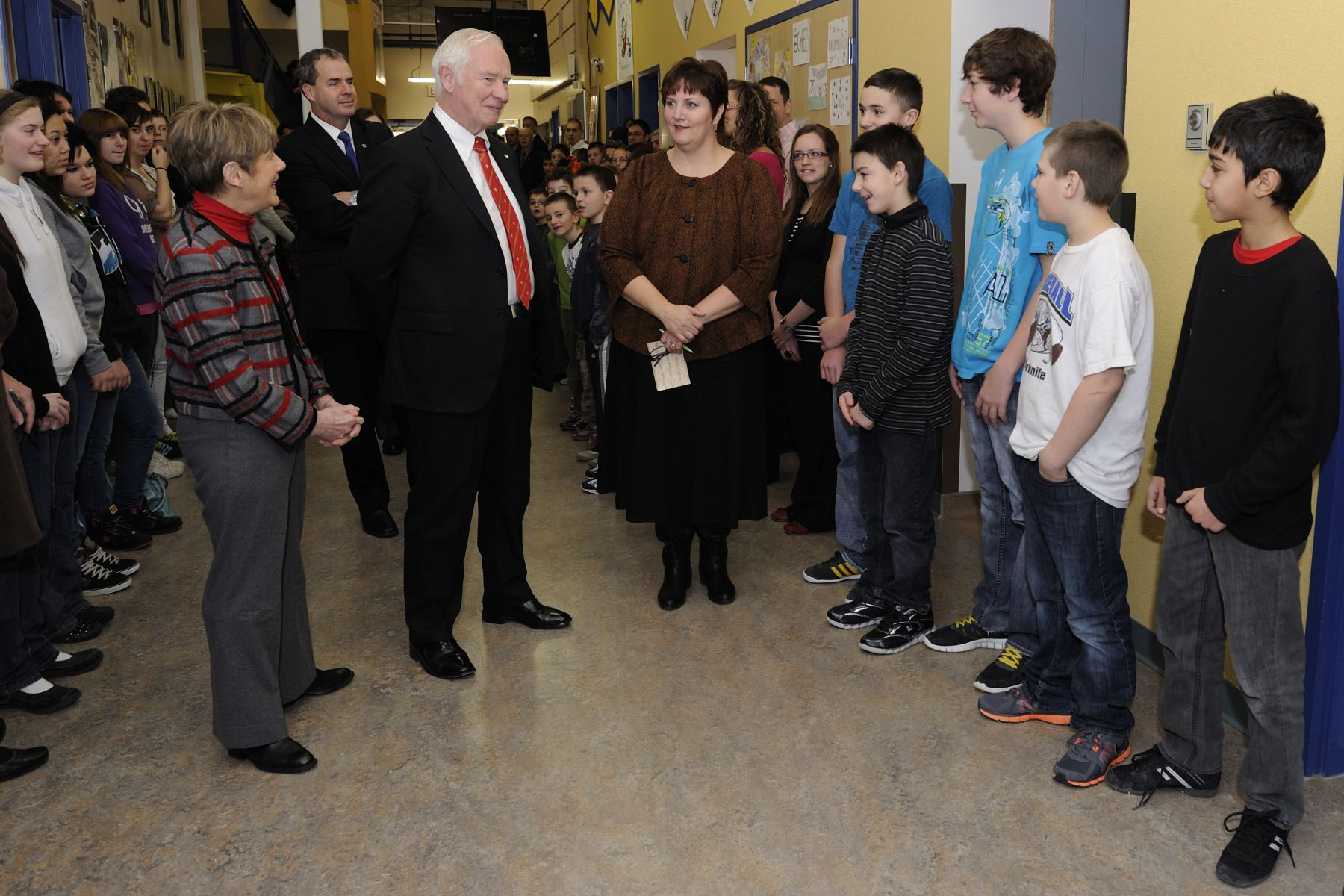 During their second day in Yellowknife, Their Excellencies the Right Honourable David Johnston, Governor General of Canada, and Mrs. Sharon Johnston met with members of the Fédération franco-ténoise, an organization that promotes, encourages and defends Northwest Territories French-speaking communities. Their Excellencies also met faculty and francophone students at Écolle Allain St-Cyr.