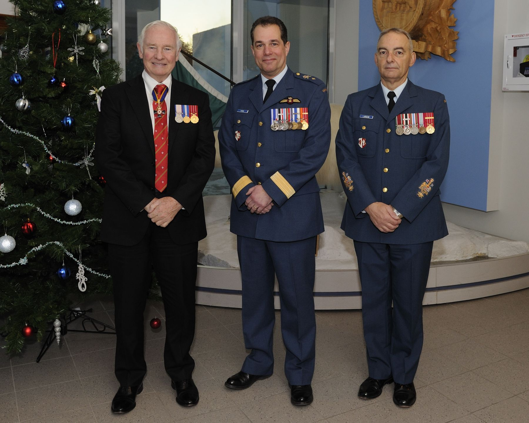 The Governor General was welcomed by Brigadier-General Guy Hamel, Commander of the Joint Task Force (North) (left), and Chief Warrant Officer Gilles Laroche (right).