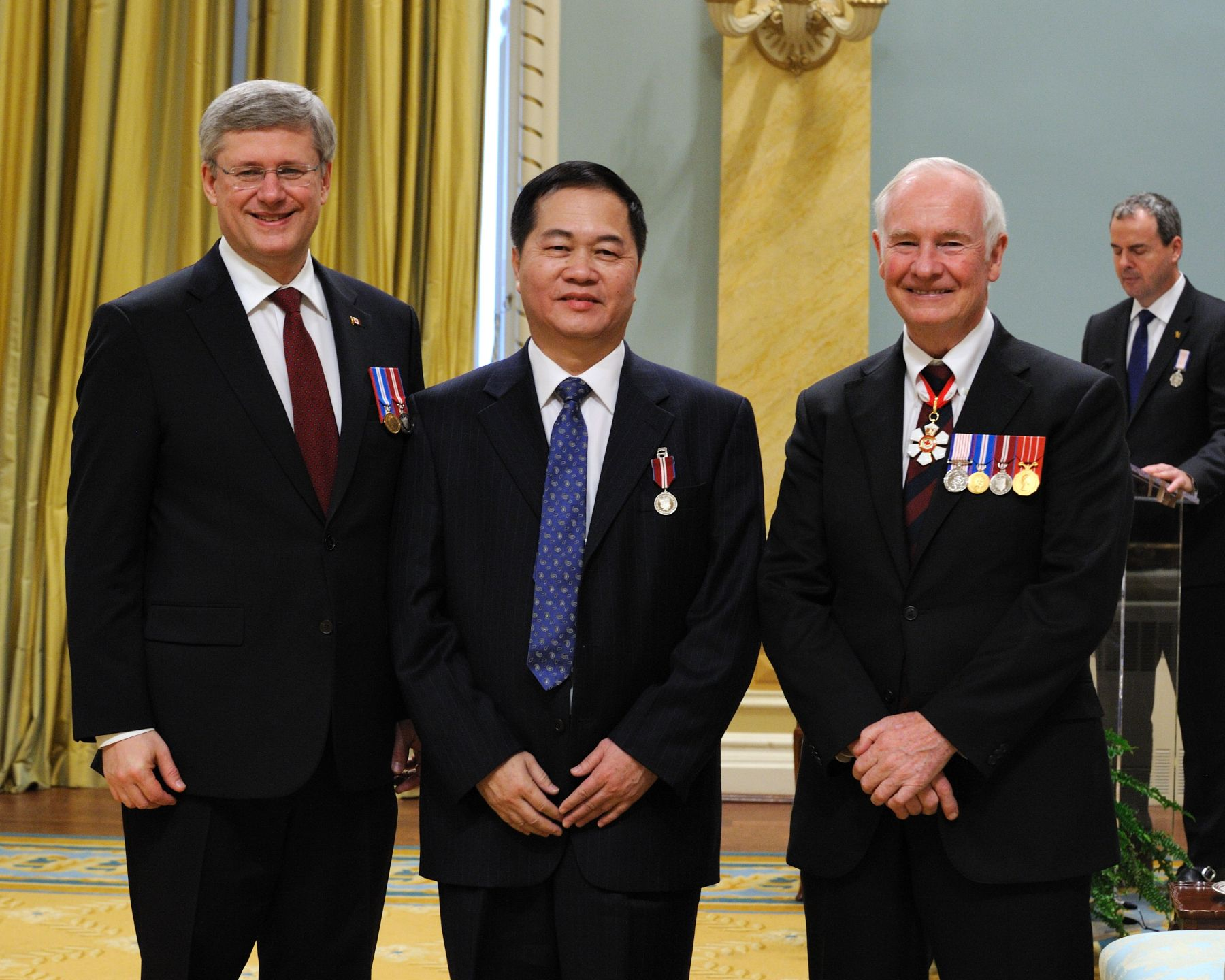 Xinsheng (Simon) Zhong (Toronto, Ontario) was recognized for offering services to new immigrants and for promoting Chinese culture in Toronto.