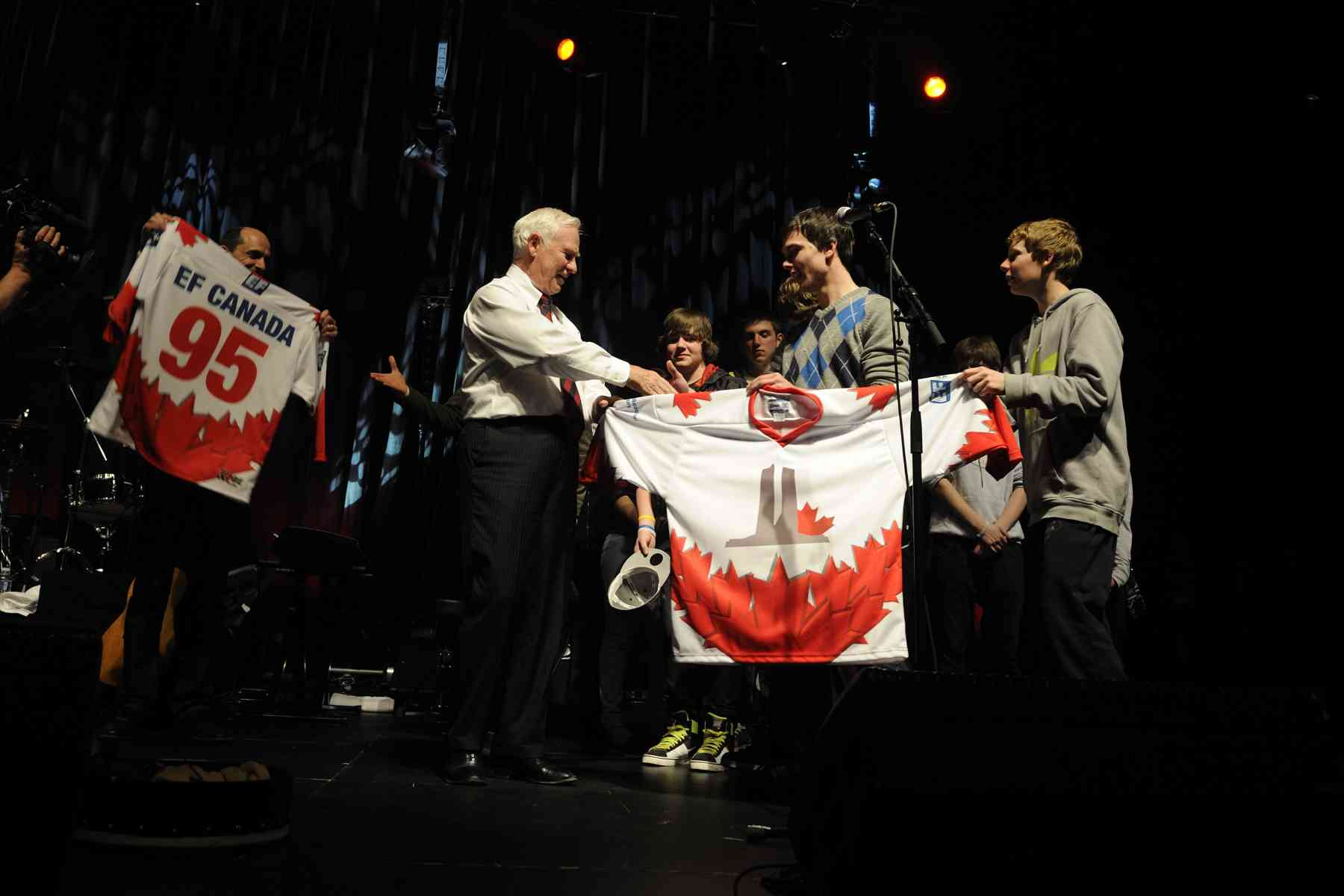 The Canadian students offered hockey jerseys to both the Governor General and the Minister of Veterans Affairs, Steven Blaney.