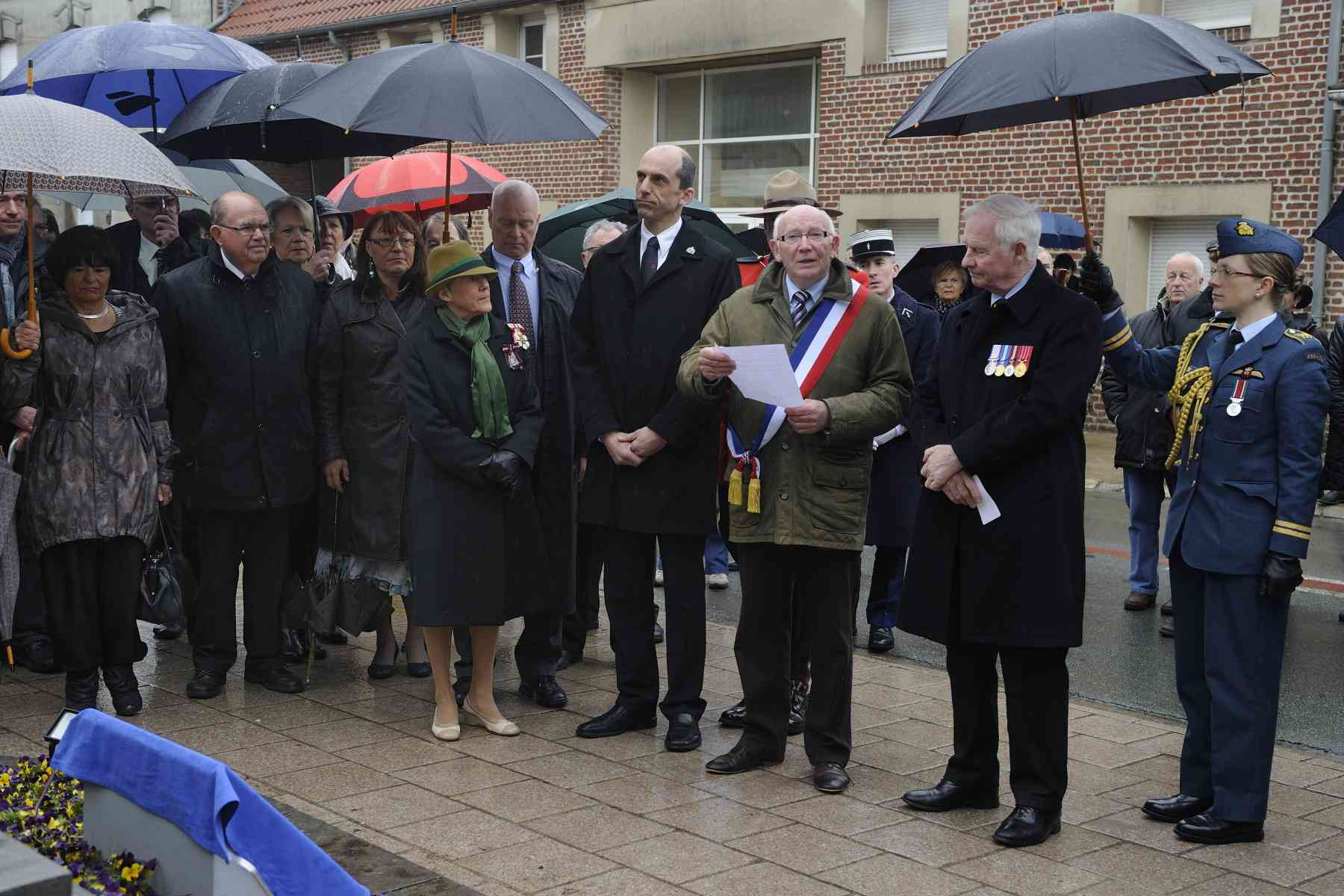 Their Excellencies also attended the unveiling of a commemorative plaque at Thélus City Hall. The Mayor, Mr. Bernard Milleville, delivered an address for the occasion.