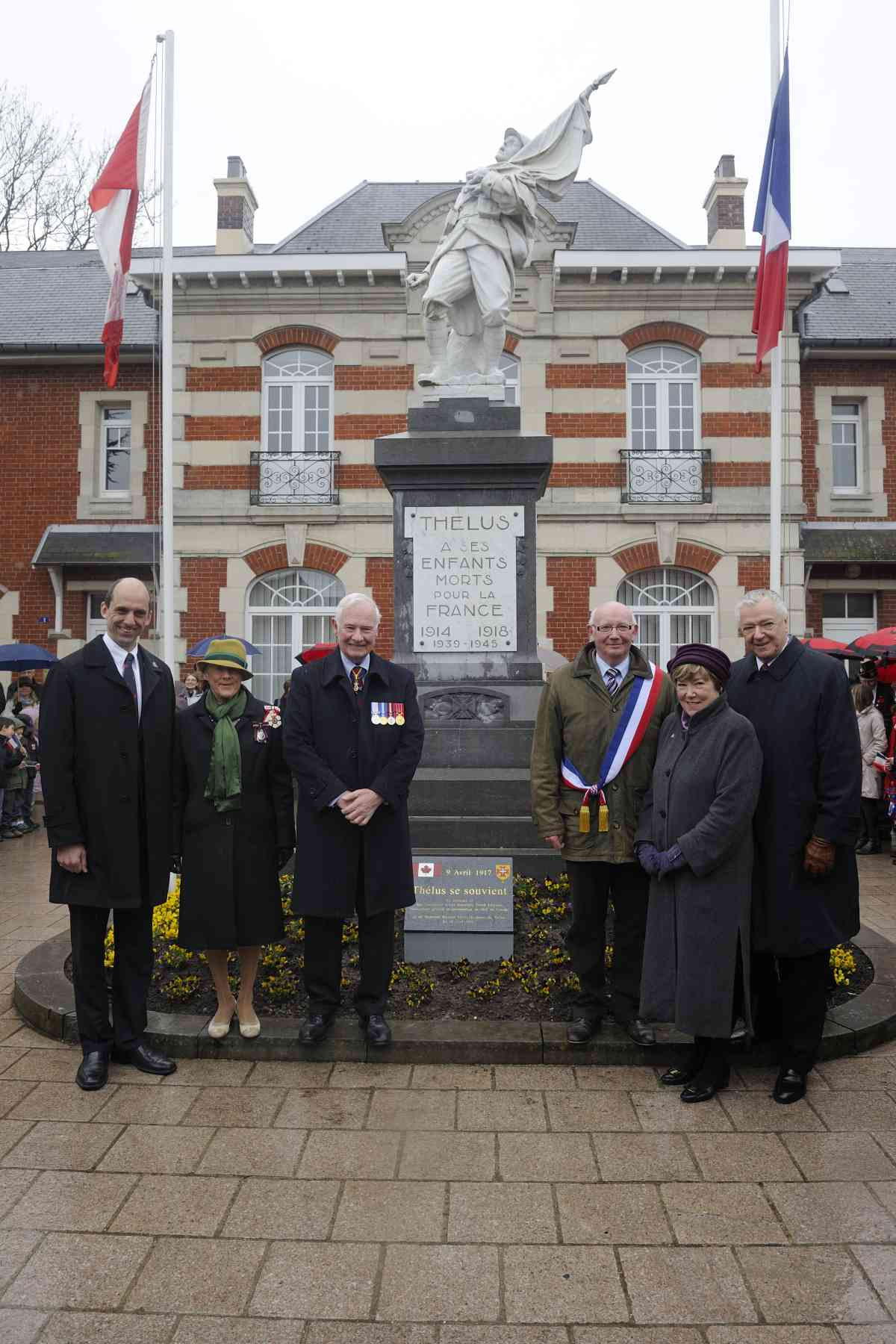 The unveiling of the commemorative plaque at Thélus Town Hall was attended by (from left to right) Mr. Steven Blaney, Minister of Veterans Affairs, Their Excellencies, Mr. Bernard Milleville, Mayor of Thélus, as well as Mr. Marc Lortie, Ambassador to Canada in France, and his spouse.