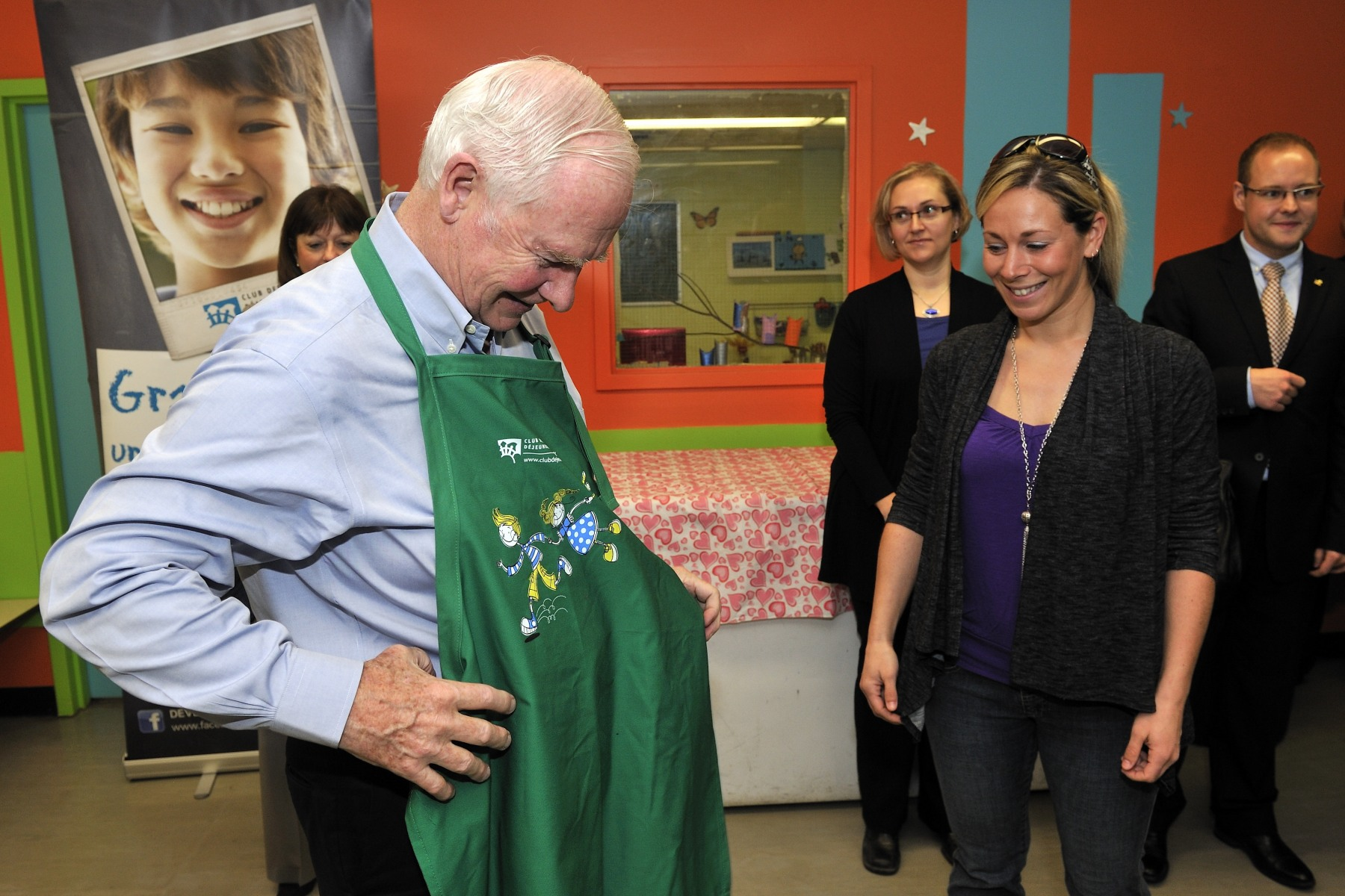 Maud Julienne, regional coordinator for Outaouais gave his Excellency an apron before he started his duty.