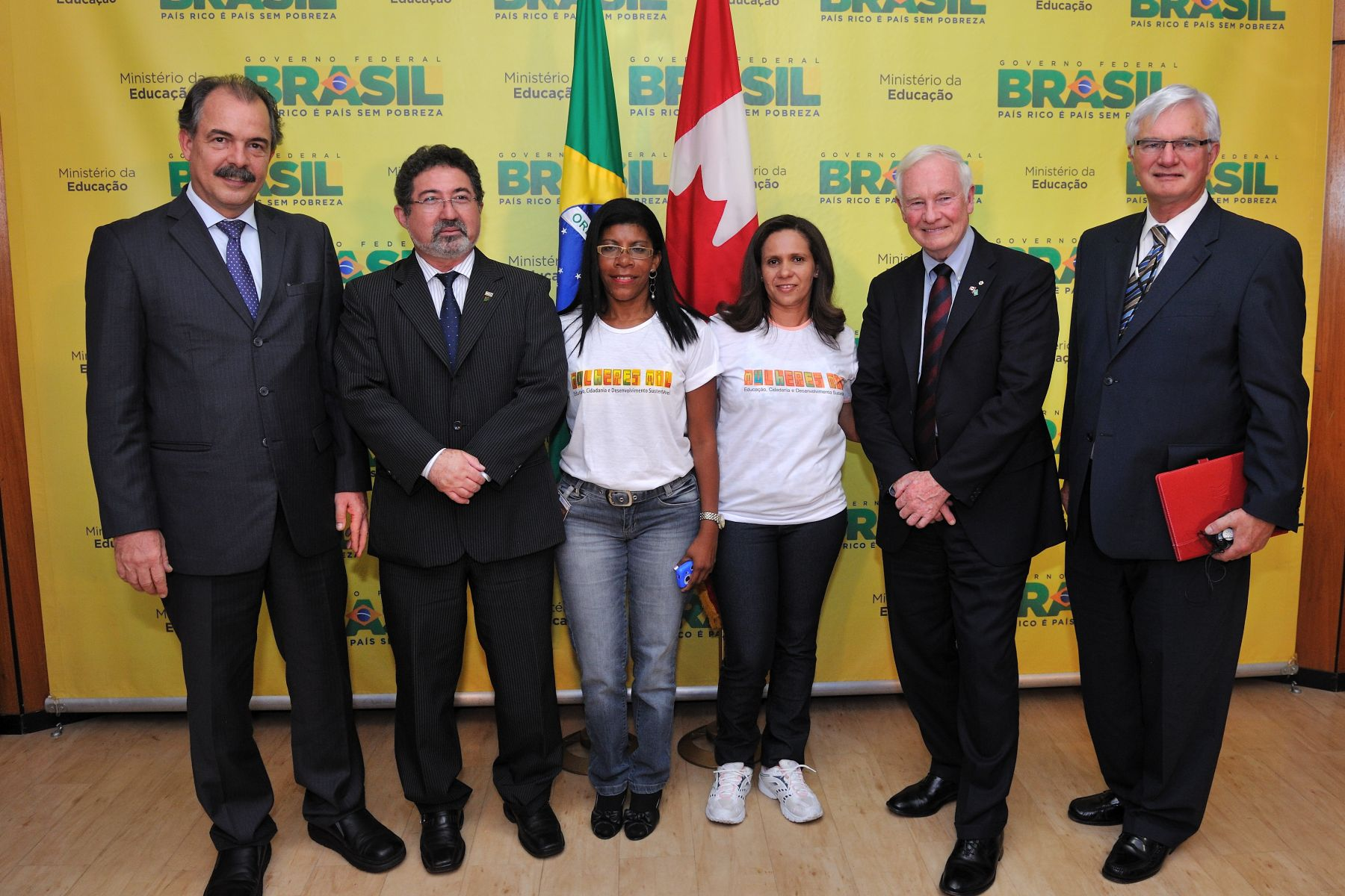 His Excellency and the Canadian delegation met with Brazilian women participating in the Mulheres Mil (1000 Women) Project. His Excellency Aloizio Mercadante, Minister of Education of Brazil (left) and James Knight, President of the Association of Canadian Community Colleges (right) participated in the meeting.
