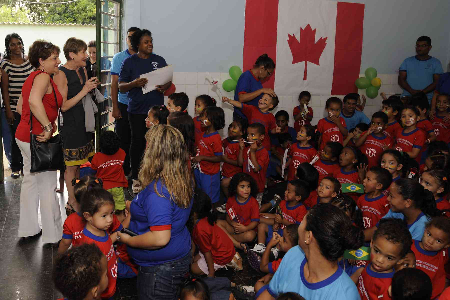 Supported in part by the Canada Fund for Local Initiatives, the Tia Angelina Institution provides the local community with preschool care for 250 children through an agreement with the local government education authorities of the Federal District of Brasília.