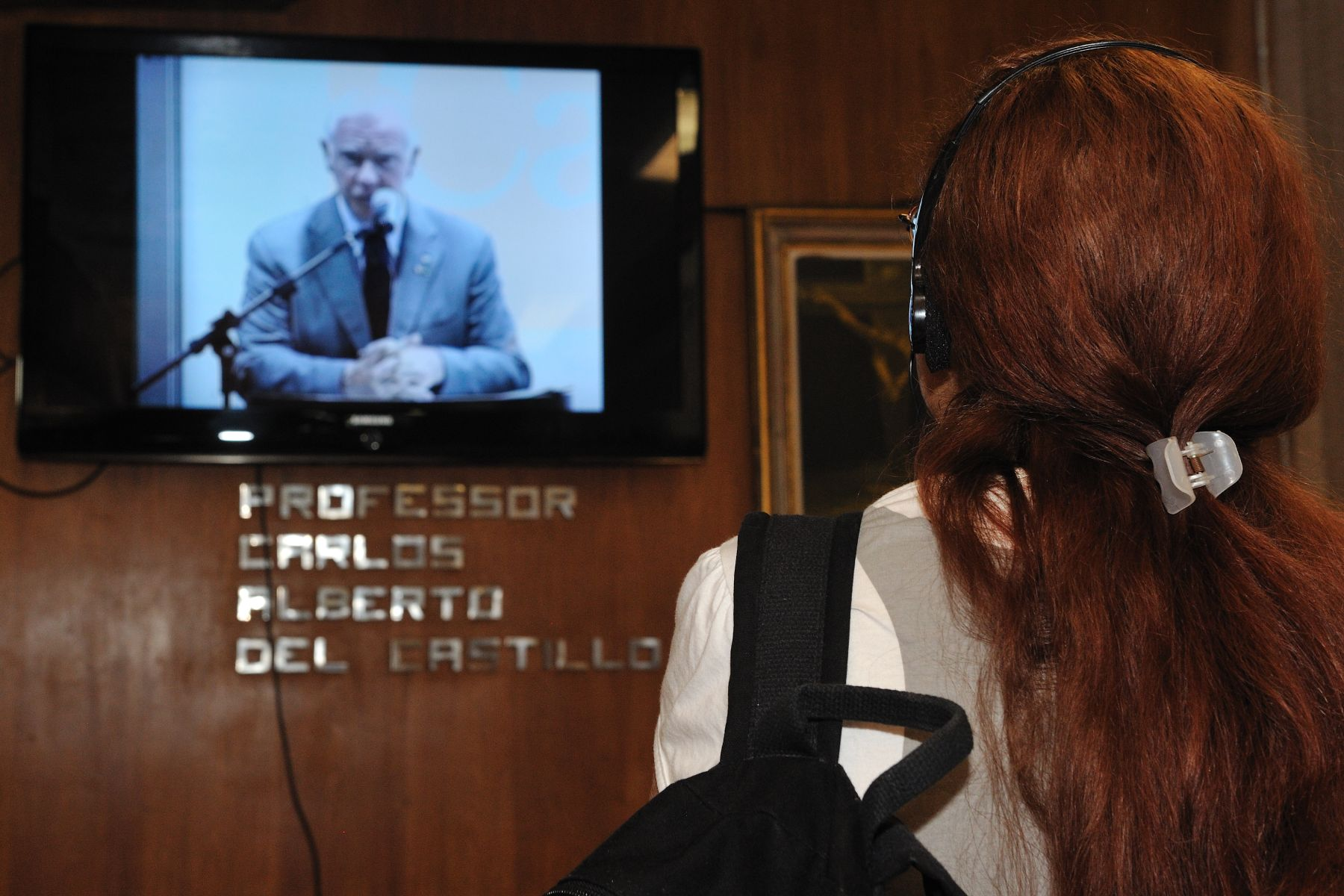 Some participant had to listen to the speech in the hallway of the Pontifícia Universidade Católica.