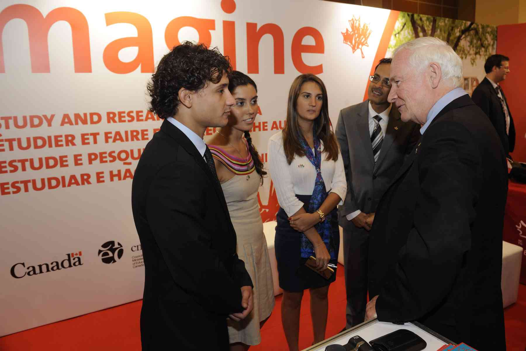 Following his address, the Governor General visited CAIE's Imagine Education in Canada booth where he spoke to Brazilian students who studied in Canada.