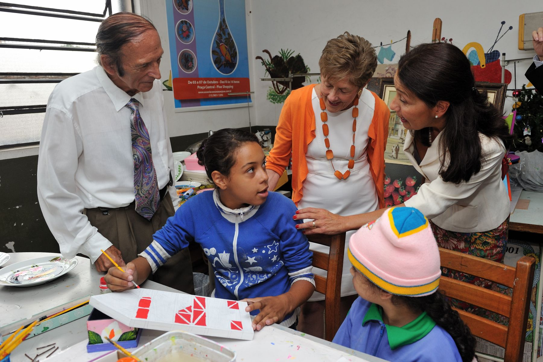 Founded in 1986, Casa São José was is a community centre that caters to the needs of over 2 000 families and also includes a daycare for children and an education facility. Her Excellency is seen here in the art room.
