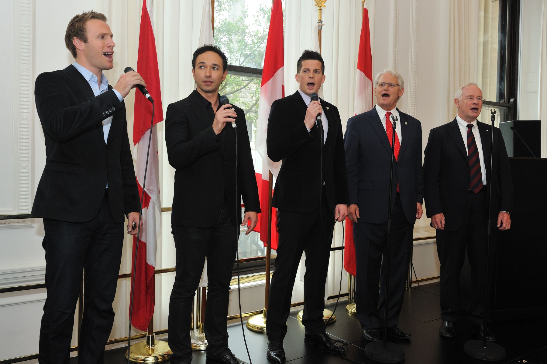 During the Big Jubilee Lunch with the Canadian community, His Excellency and Mr. Gordon Campbell, High Commissioner of Canada to the United Kingdom of Great Britain and Northern Ireland, joined three of the Canadian Tenors to sing God Save the Queen.