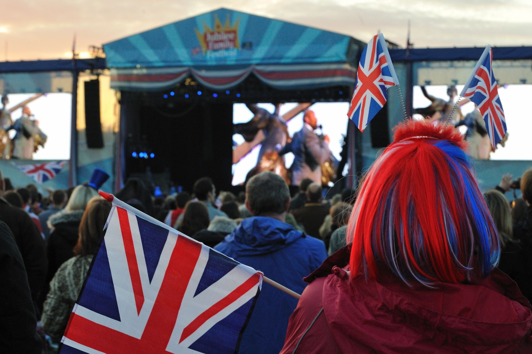 Londoners and visitors gathered at Hyde Park to see on giant screens the Diamond Jubilee Concert at Buckingham Palace.