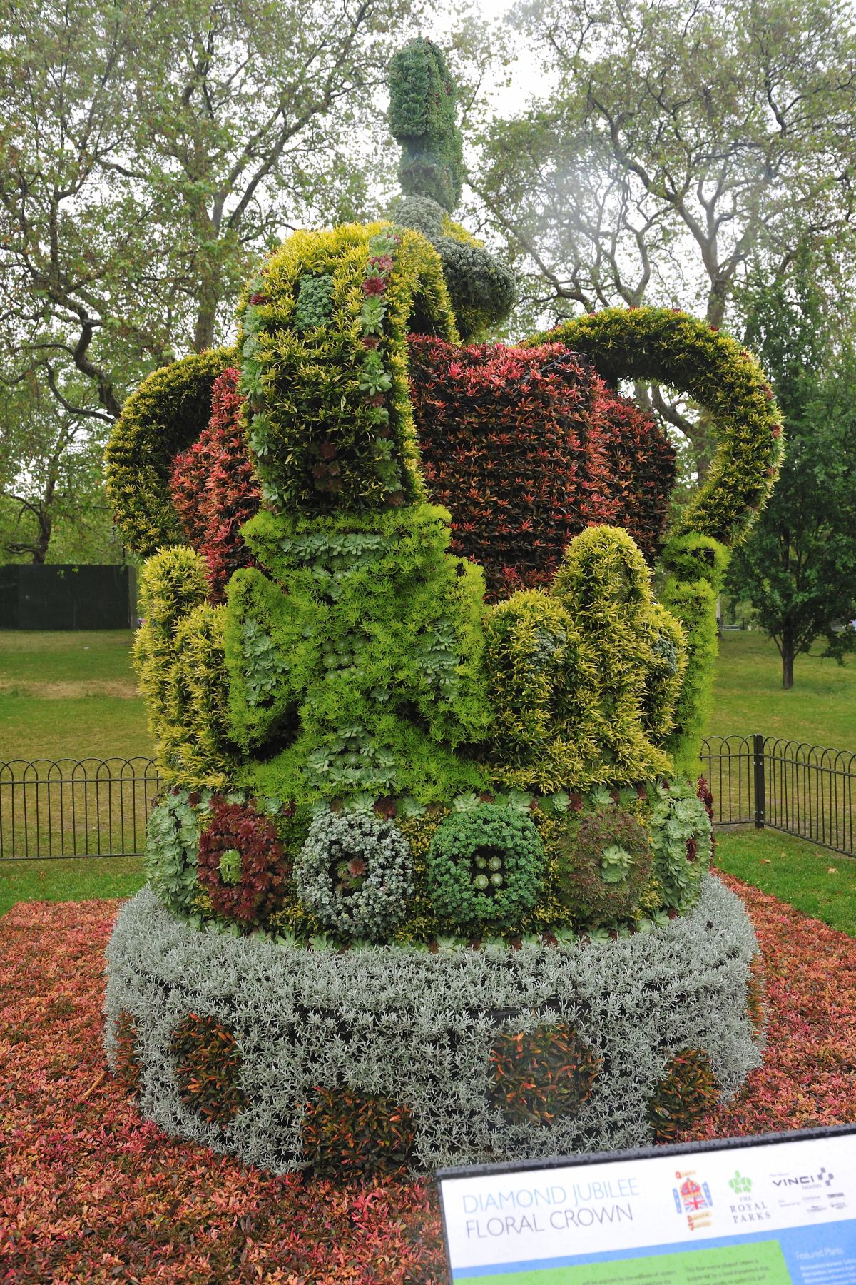 Decorations to mark the Diamond Jubilee were of all kinds, as demonstrated by this floral crown seen in St-James Park, next to Buckingham Palace.