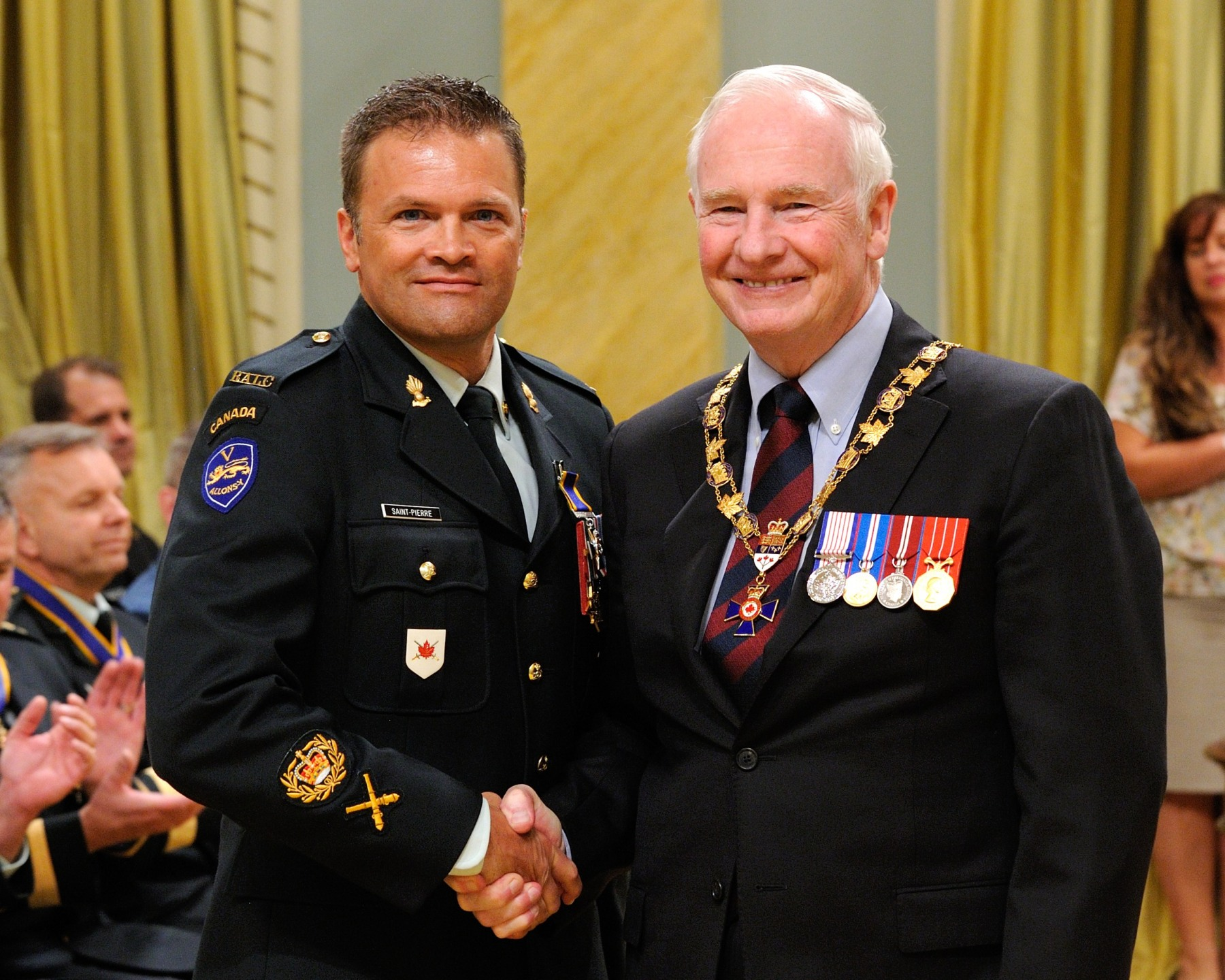His Excellency presented the Order of Military Merit at the Member level (M.M.M.) to Master Warrant Officer Éric Saint-Pierre, M.M.M., C.D., 5e Régiment d'artillerie légère du Canada, Courcelette, Quebec.