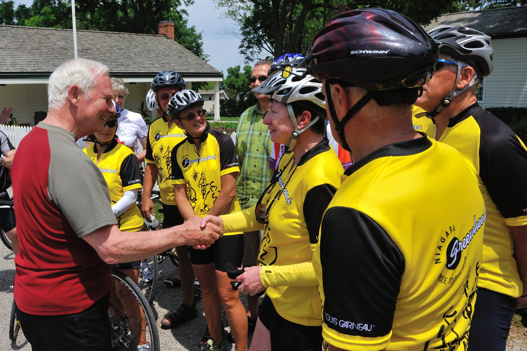 His Excellency cycled 12 kilometres from the Laura Secord Homestead to Fort George on the Niagara River Recreation Trail, with volunteers and cycling enthusiasts from the Niagara Parks Commission (NPC) and the Trans Canada Trail.