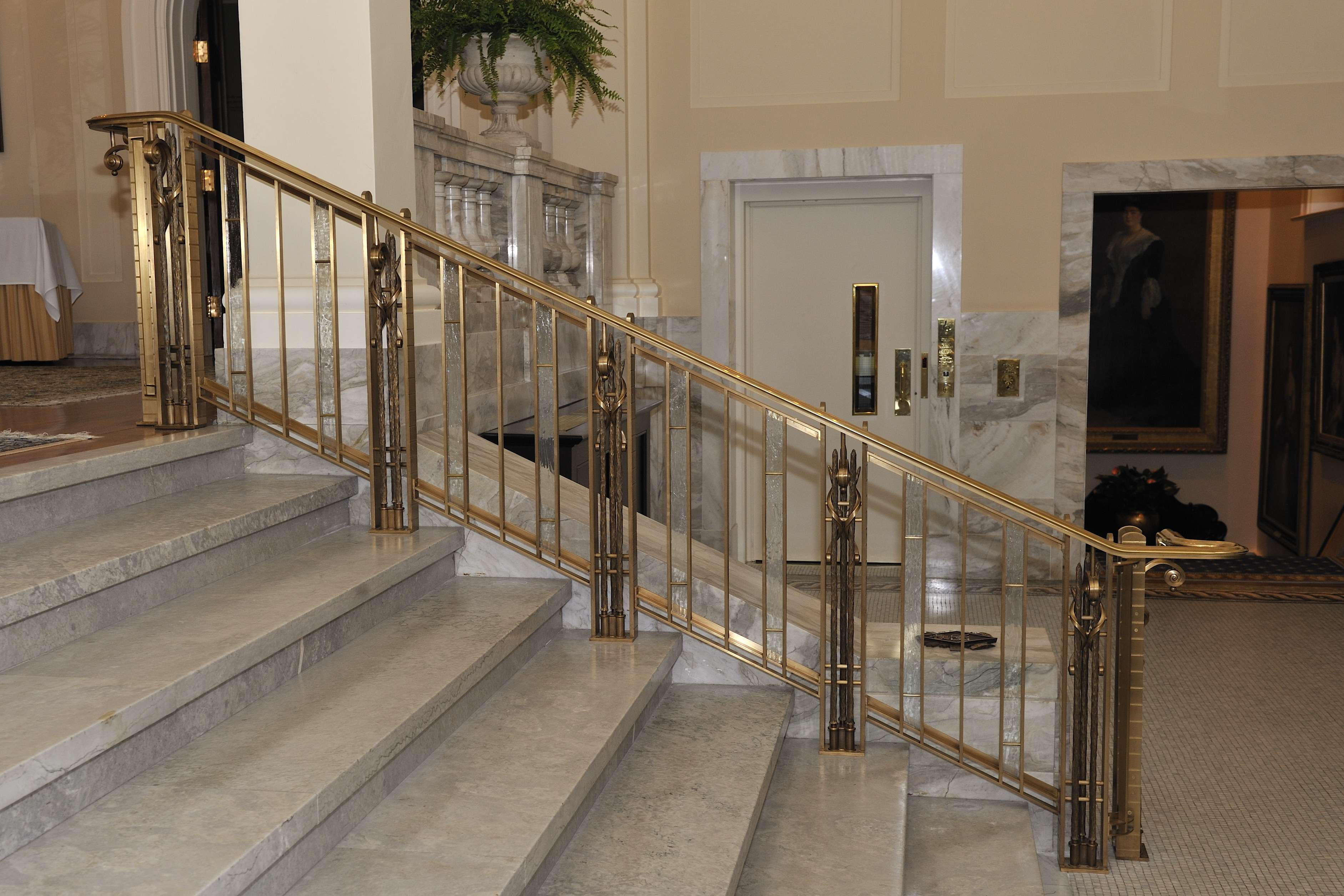 Bearing decorative and commemorative elements to celebrate the Diamond Jubilee of Her Majesty, the new handrails have been crafted using noble materials -- bronze and architectural glass -- to highlight the symbolic and historic importance of Rideau Hall.