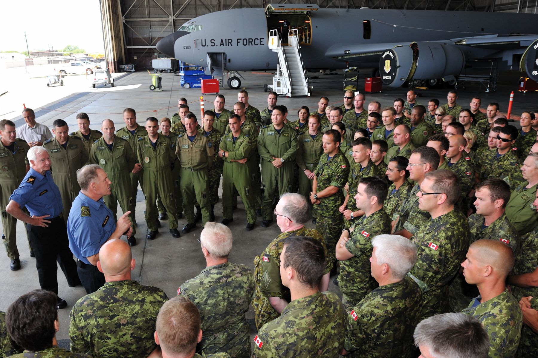 The Governor General and General Walt Natynczyk, Chief of the Defence Staff, took the opportunity to meet and talk with the crew on site.