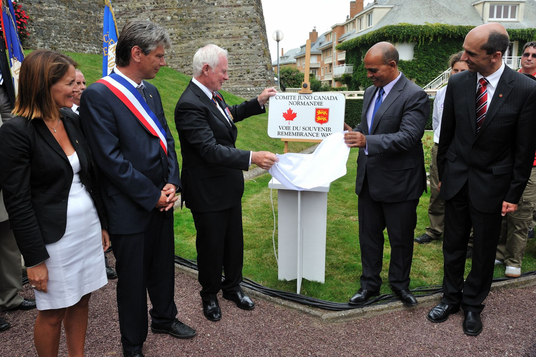 His Excellency helped to unveil a commemorative plaque at the entrance to the Square du Canada.