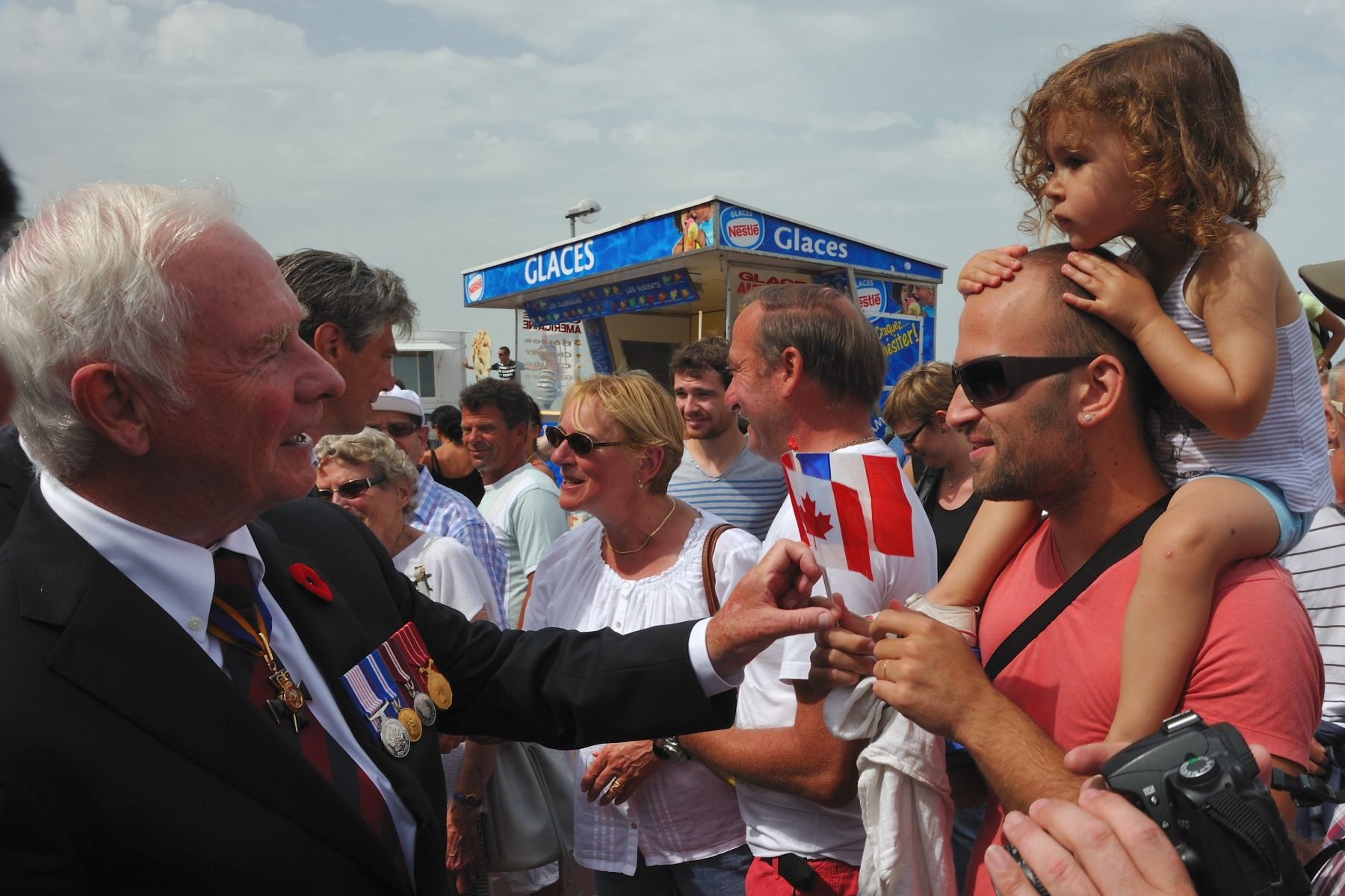 The Governor General had the chance to meet many participants to the commemoration during a parade along the beach in Dieppe.