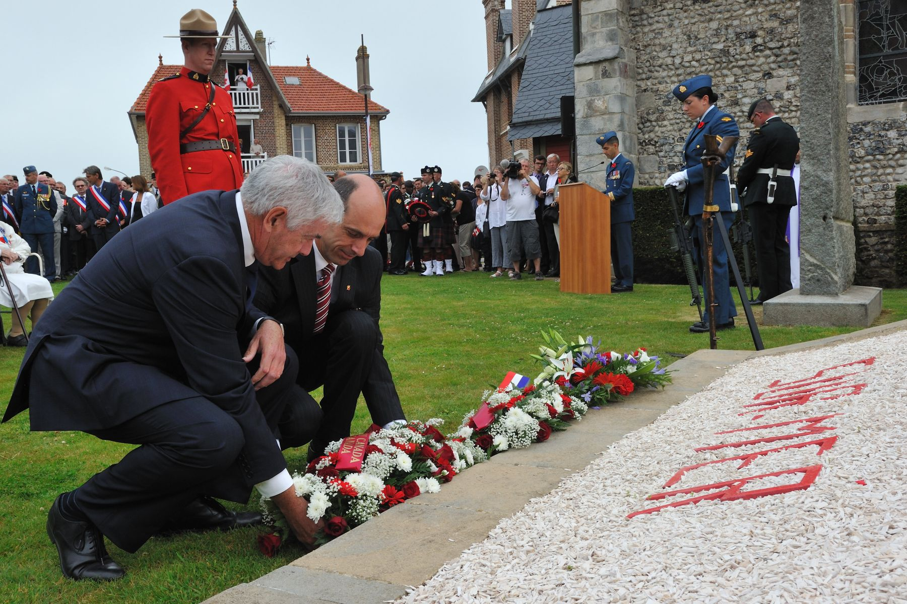 As did His Excellency, on behalf of the people of Canada, the Honourable Steven Blaney, Minister of Veterans Affairs, and Mr. Lawrence Cannon, Canadian Ambassador to France laid wreaths.
