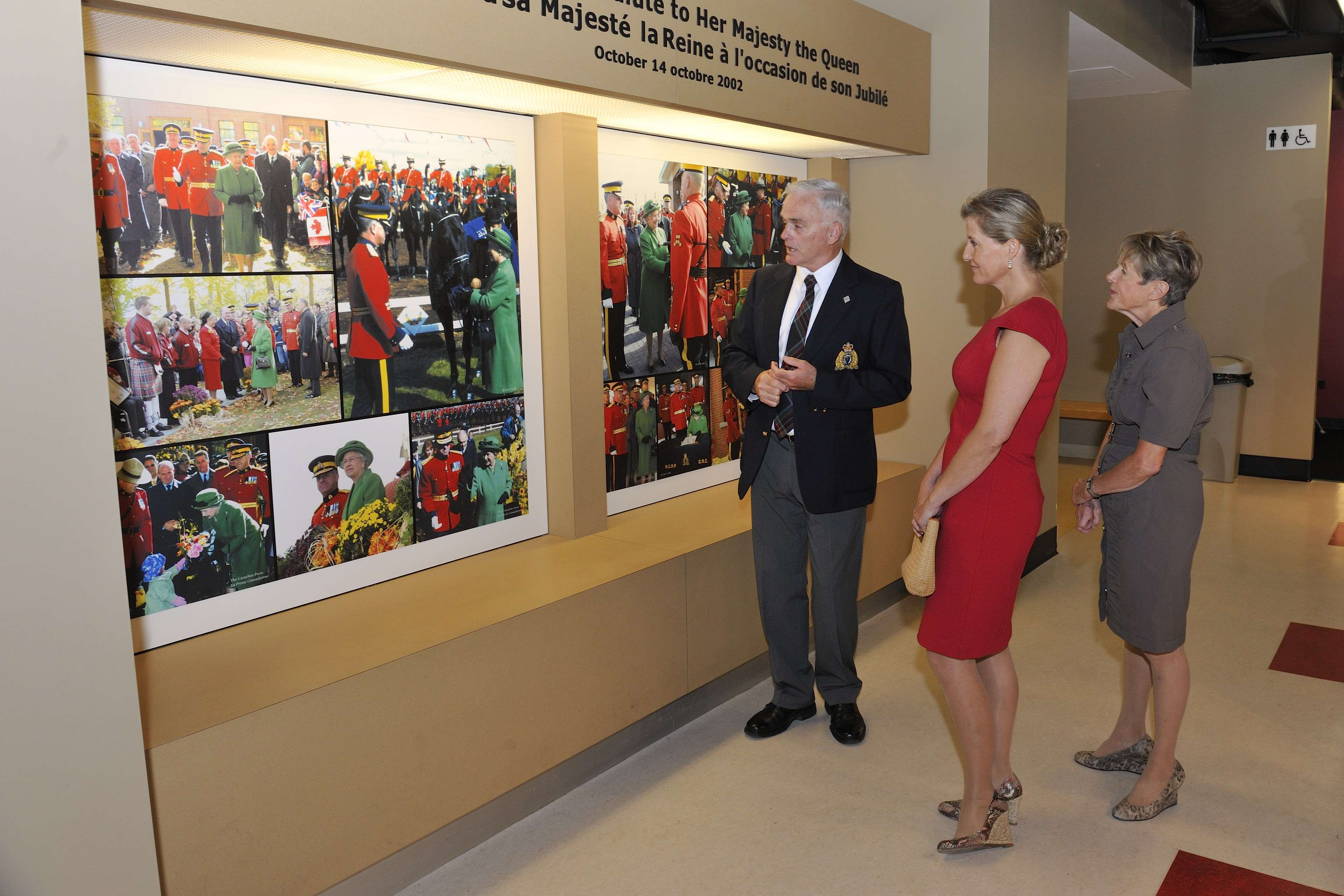 During their tour, they looked at photos of the RCMP Musical Ride on the occasion of Her Majesty Queen Elizabeth II's Golden Jubilee Celebrations.